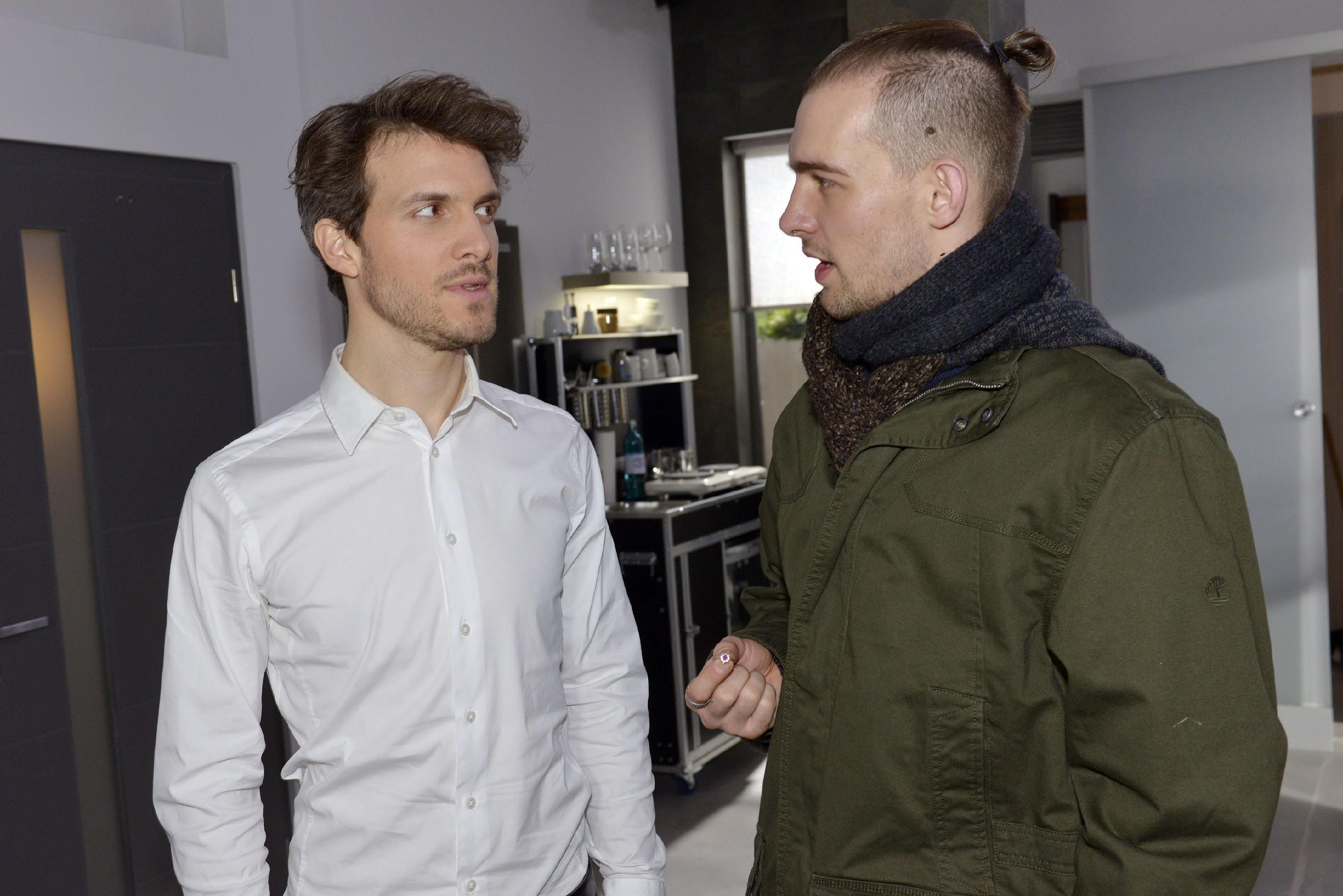 Felix (Thaddäus Meilinger, l.) kann seine Wut auf Chris (Eric Stehfest) nur mühsam unterdrücken, nachdem dieser Sunny von der Verlobung abgeraten hat. (Quelle: RTL / Rolf Baumgartner)