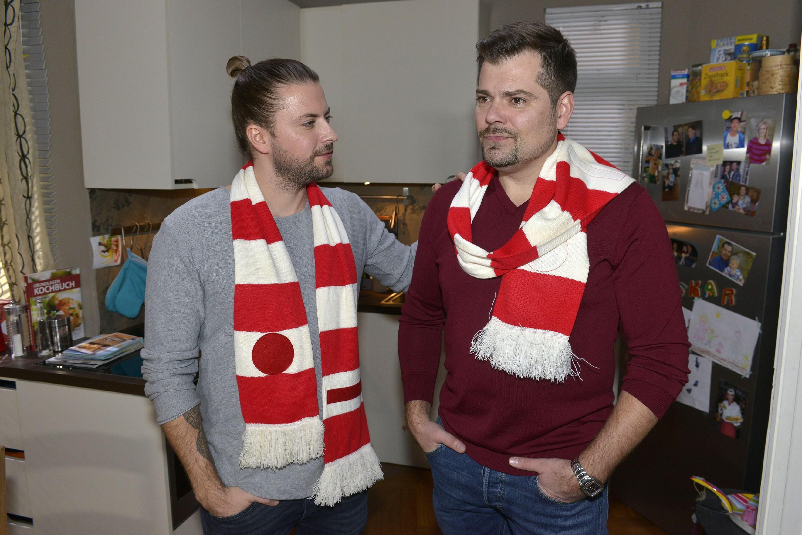 John (Felix von Jascheroff, l.) kann Leon (Daniel Fehlow) überzeugen, den entscheidenen Schritt auf Sophie zuzugehen. (Quelle: RTL / Rolf Baumgartner)