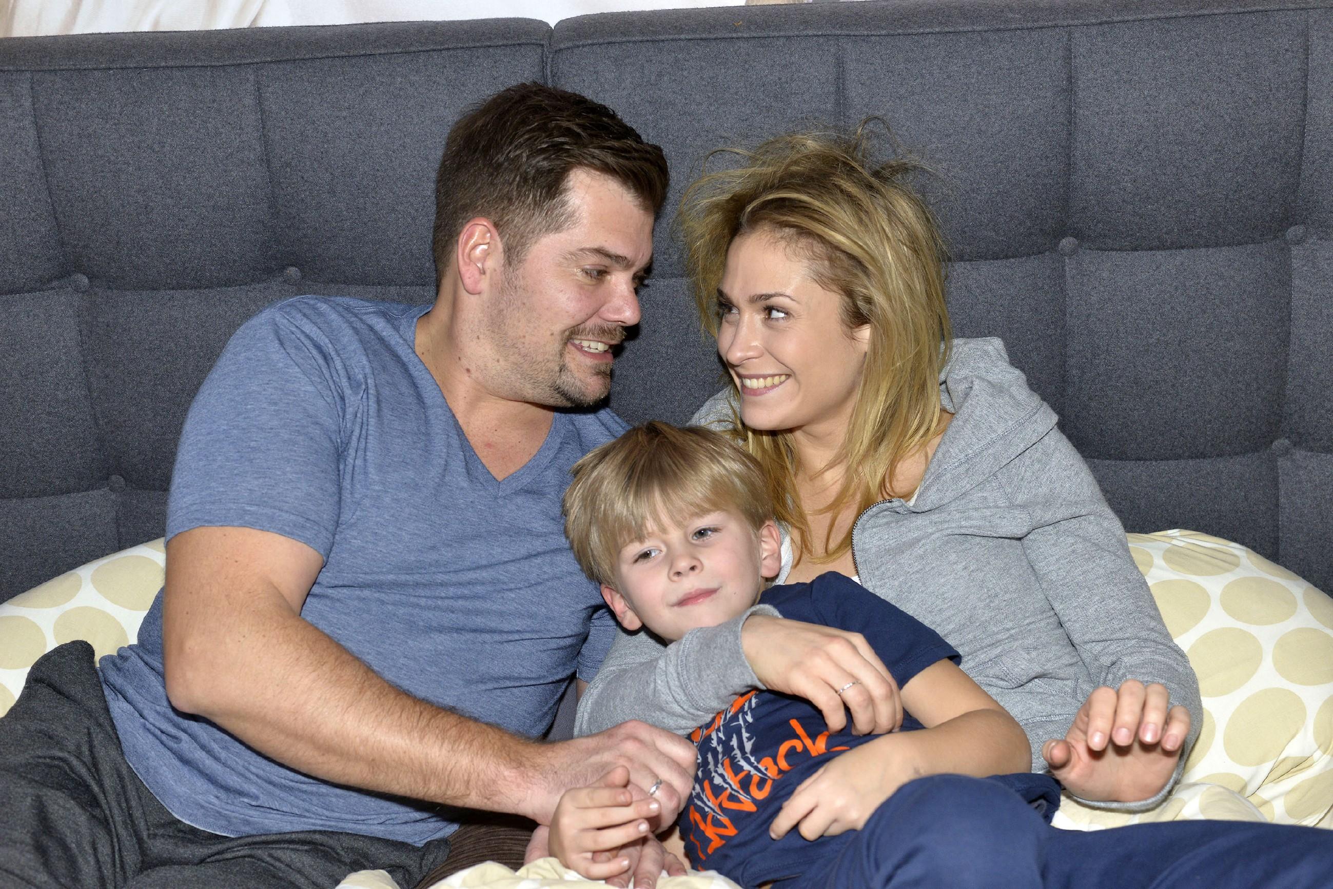 Leon (Daniel Fehlow), Oscar und Sophie (Lea Marlen Woitack) sind endlich wieder eine glückliche Familie. (Quelle: RTL / Rolf Baumgartner)