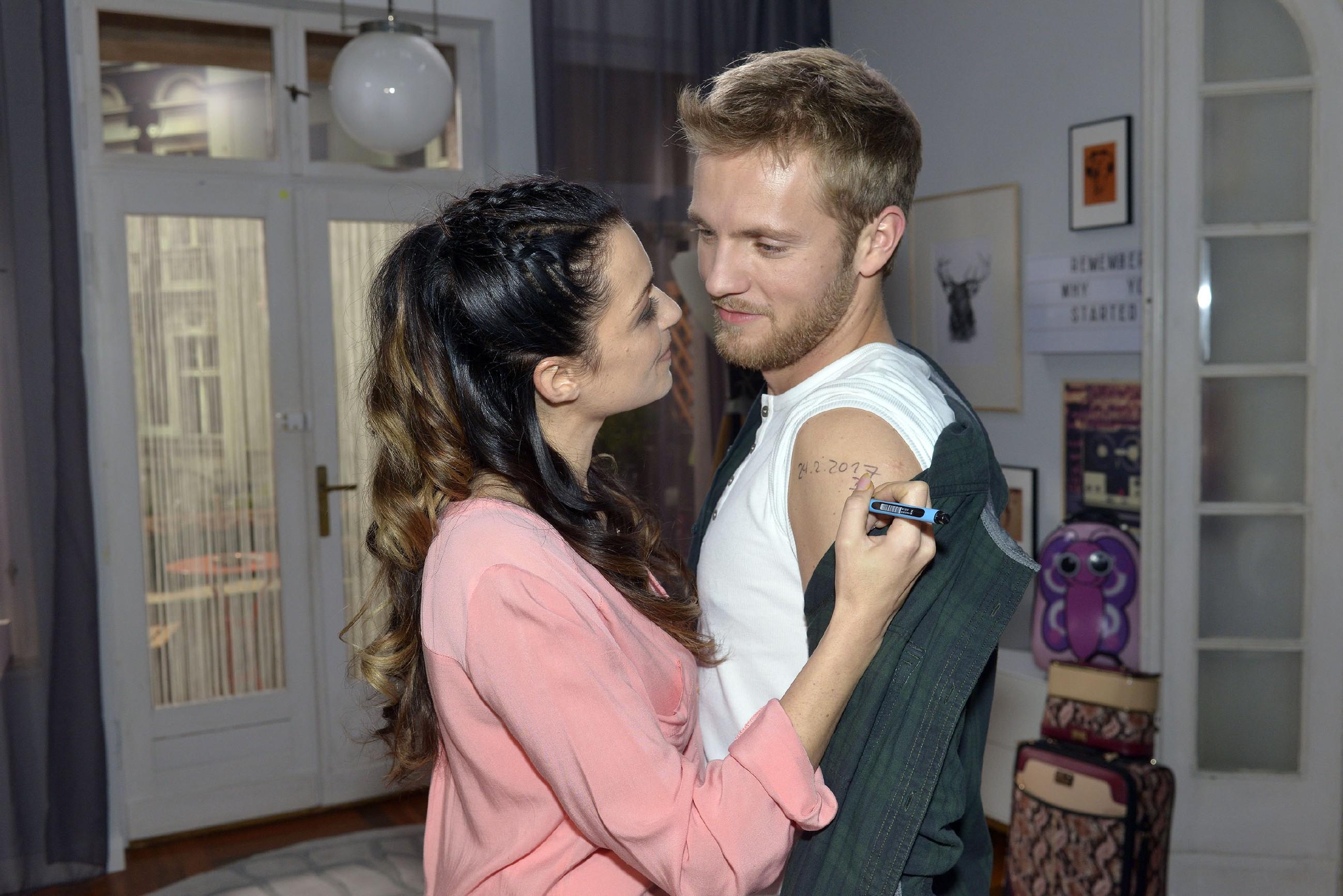 Emily (Anne Menden) ist total verknallt in Paul (Niklas Osterloh) und genießt seine Nähe. (Quelle: RTL / Rolf Baumgartner)