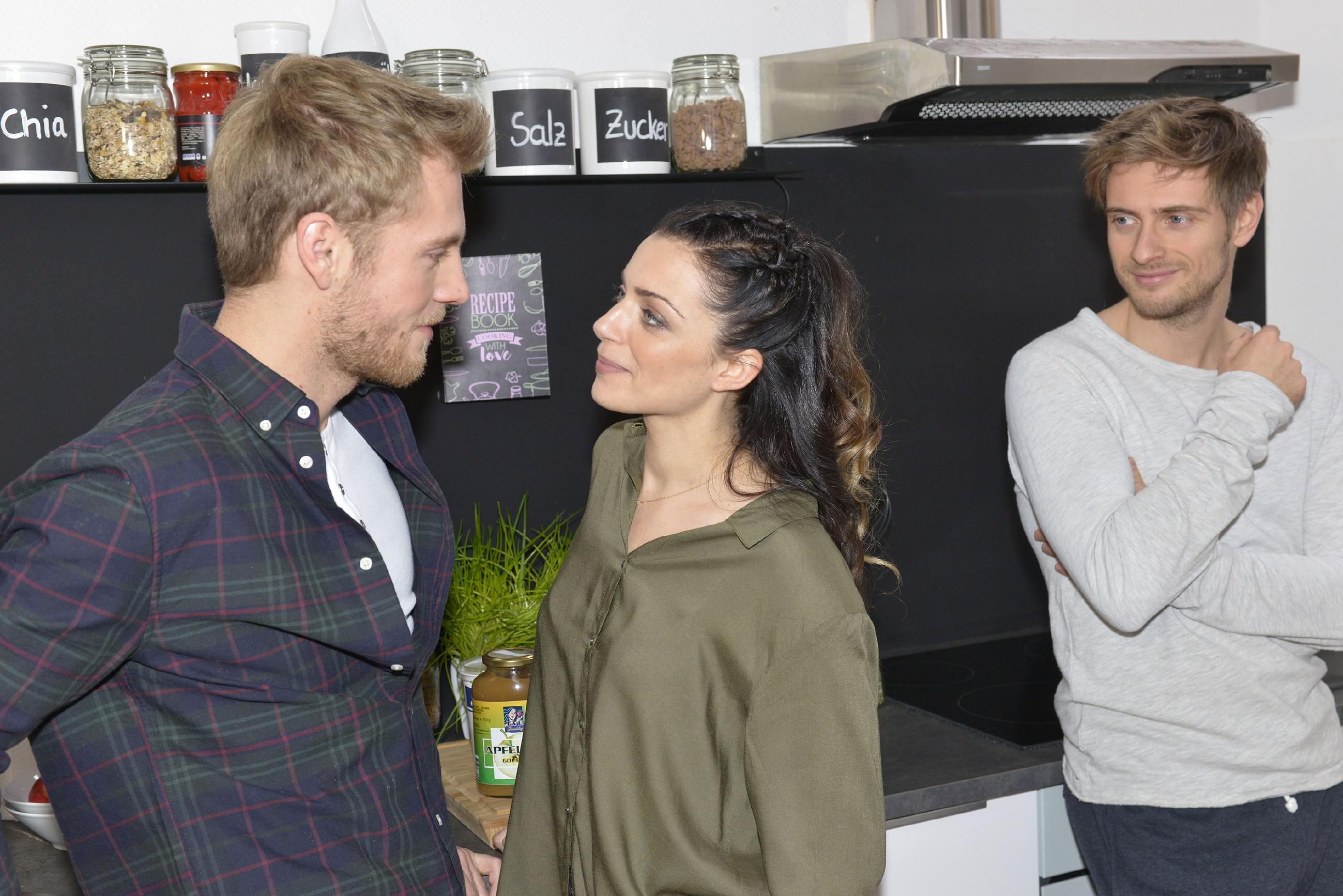 Philip (Jörn Schlönvoigt, r.) freut sich, dass Emily (Anne Menden) endlich ihre Gefühle für Paul (Niklas Osterloh) zeigen kann. (Quelle: RTL / Rolf Baumgartner)