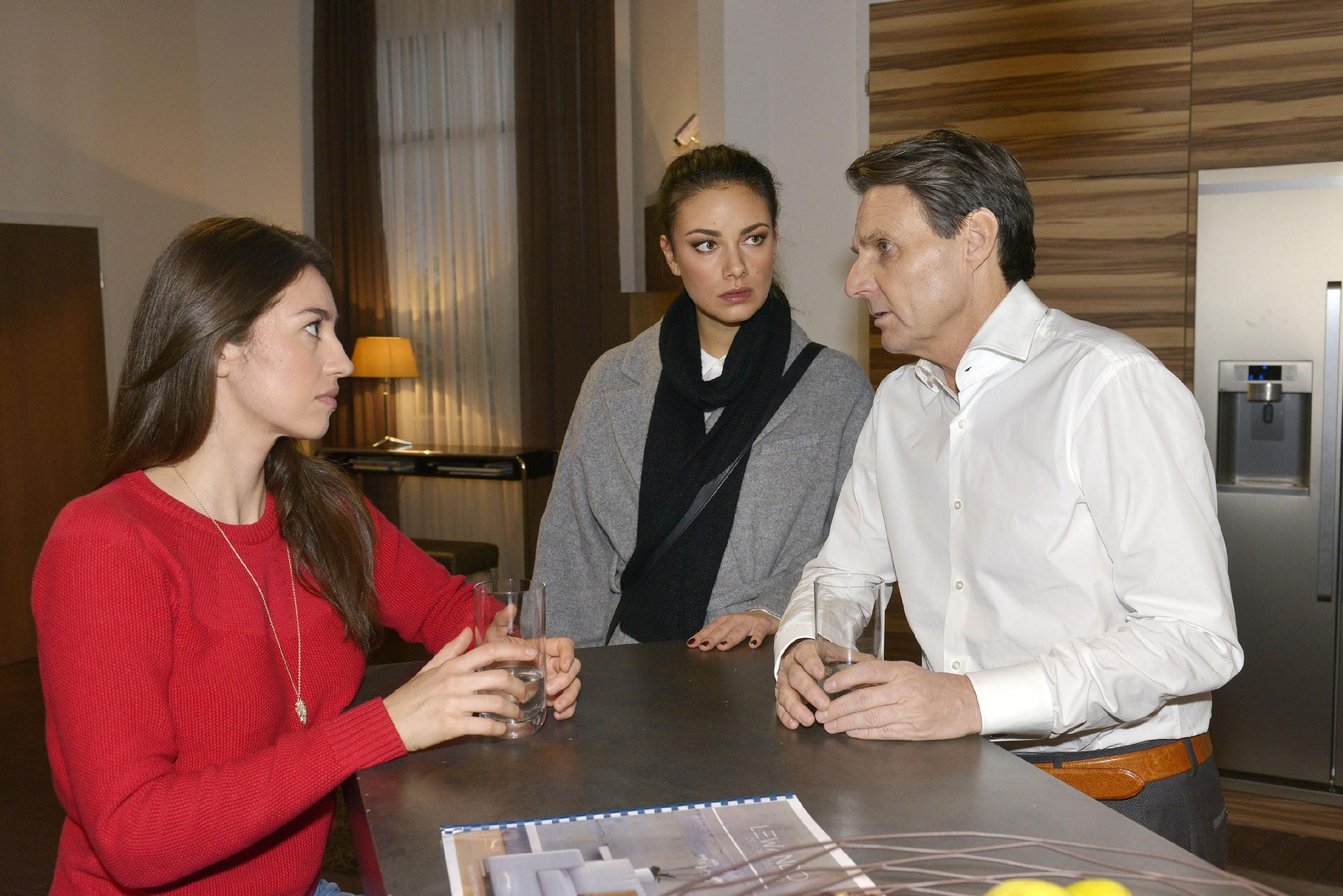 Elena (Elena Garcia Gerlach, l.) bekommt mit, dass sich Jasmin (Janina Uhse) und Gerner (Wolfgang Bahro) große Sorgen um Katrin machen. (Quelle: RTL / Rolf Baumgartner)