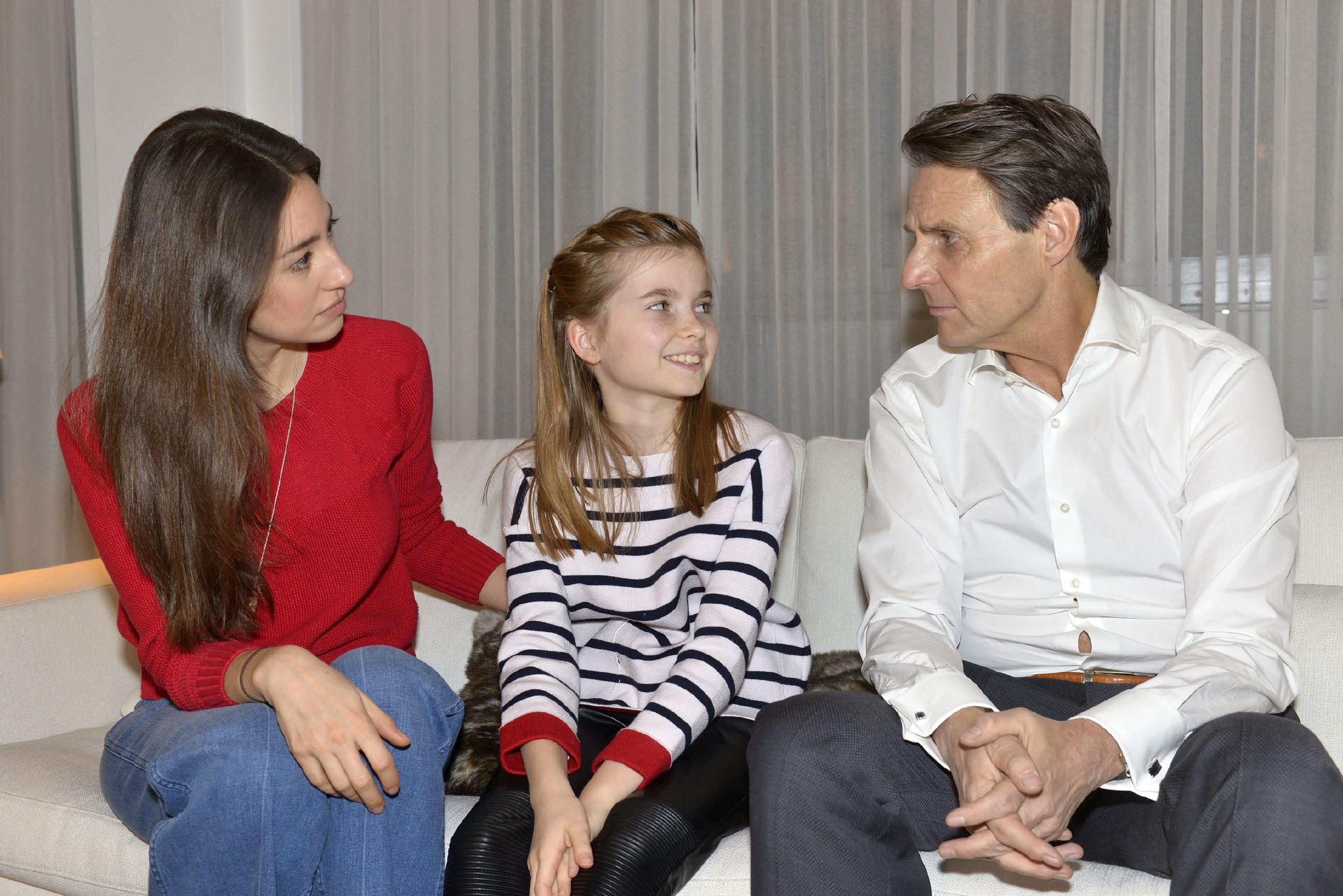 Feinfühlig findet Elena (Elena Garcia Gerlach, l.) die richtigen Worte, um Johanna wegen Katrins Abwesenheit zu trösten, wofür Gerner (Wolfgang Bahro) ihr sehr dankbar ist. (Quelle: RTL / Rolf Baumgartner)