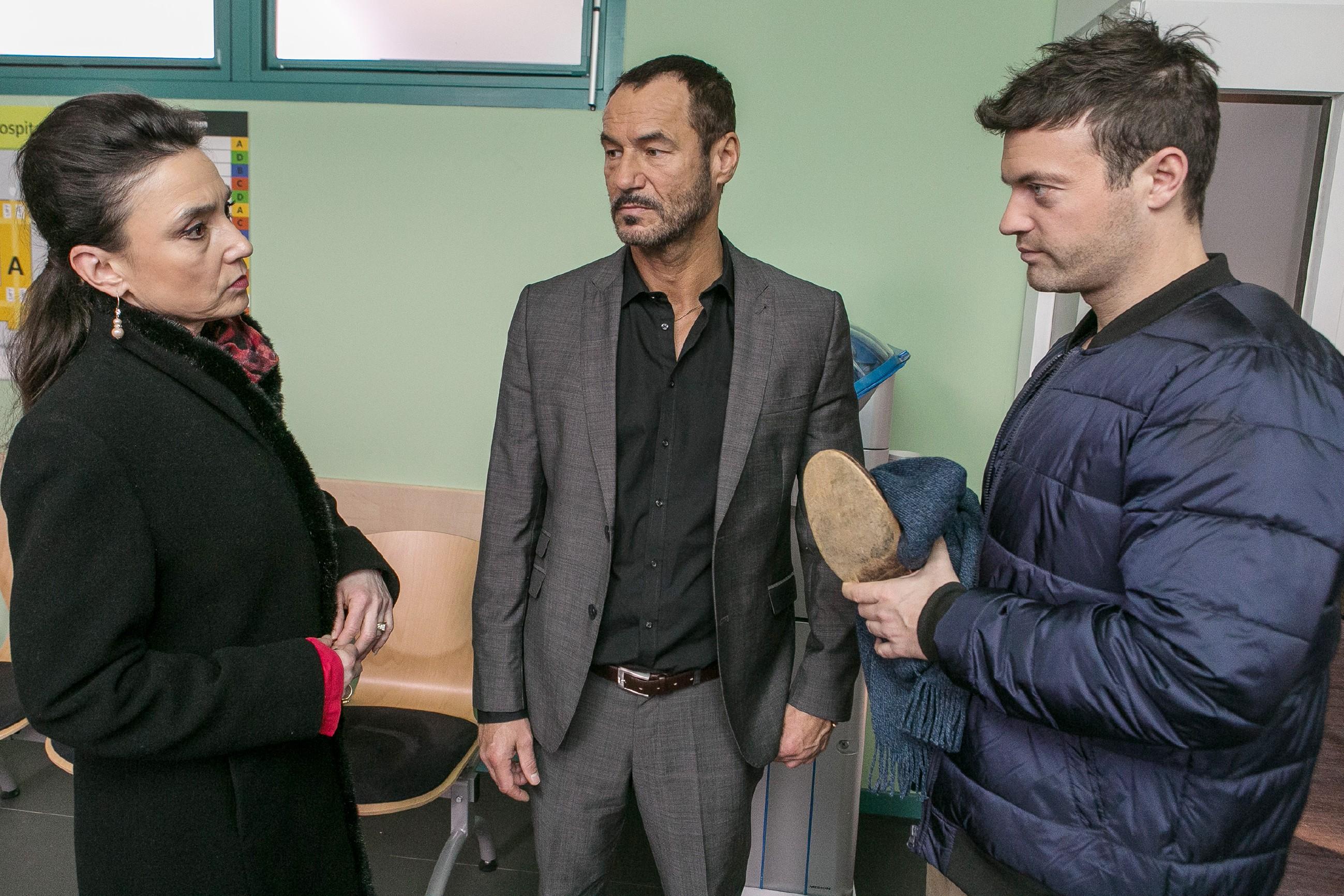 Als Simone (Tatjana Clasing) im Krankenhaus auf Richard (Silvan-Pierre Leirich, M.) trifft, der Ben (Jörg Rohde) wegen dessen Fußverletzung begleitet, lügt sie ihn an, um erneuten Streit wegen Vincent zu vermeiden. (Quelle: RTL / Kai Schulz)