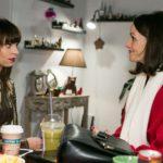 Jenny (Kaja Schmidt-Tychsen, r.) versucht unbeholfen, sich Michelle (Franziska Benz) einfühlsam und freundschaftlich anzunähern. (Quelle: RTL / Kai Schulz)