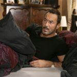 Richard (Silvan-Pierre Leirich) will sich bei Simone mit einer liebevollen Geste entschuldigen, doch das Bett neben ihm ist leer. (Quelle: RTL / Kai Schulz)