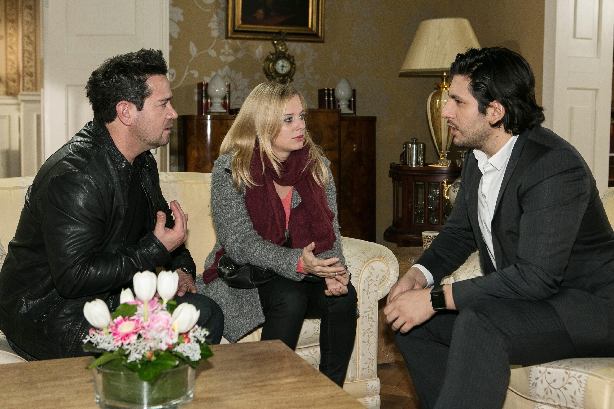 Marian (Sam Eisenstein, l.) wird nachdenklich, als Maximilian (Francisco Medina) ihm und Lena (Juliette Greco) versichtert, Marian die Vaterrolle nicht streitig machen zu wollen. (Quelle: RTL / Kai Schulz)