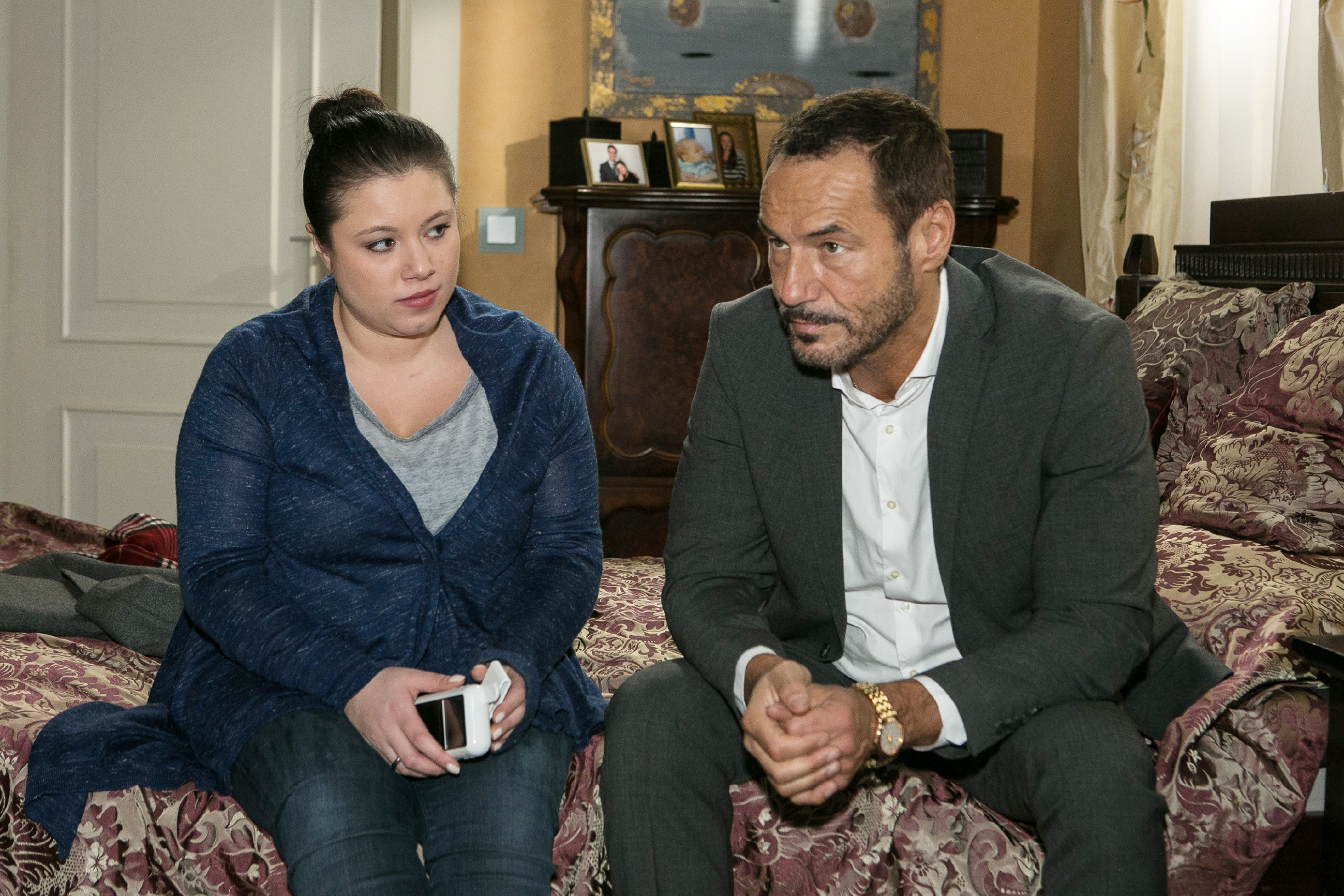 Vanessa (Julia Augustin) setzt sich vergeblich bei Richard (Silvan-Pierre Leirich) für Maximilian ein. (Quelle: RTL / Kai Schulz)