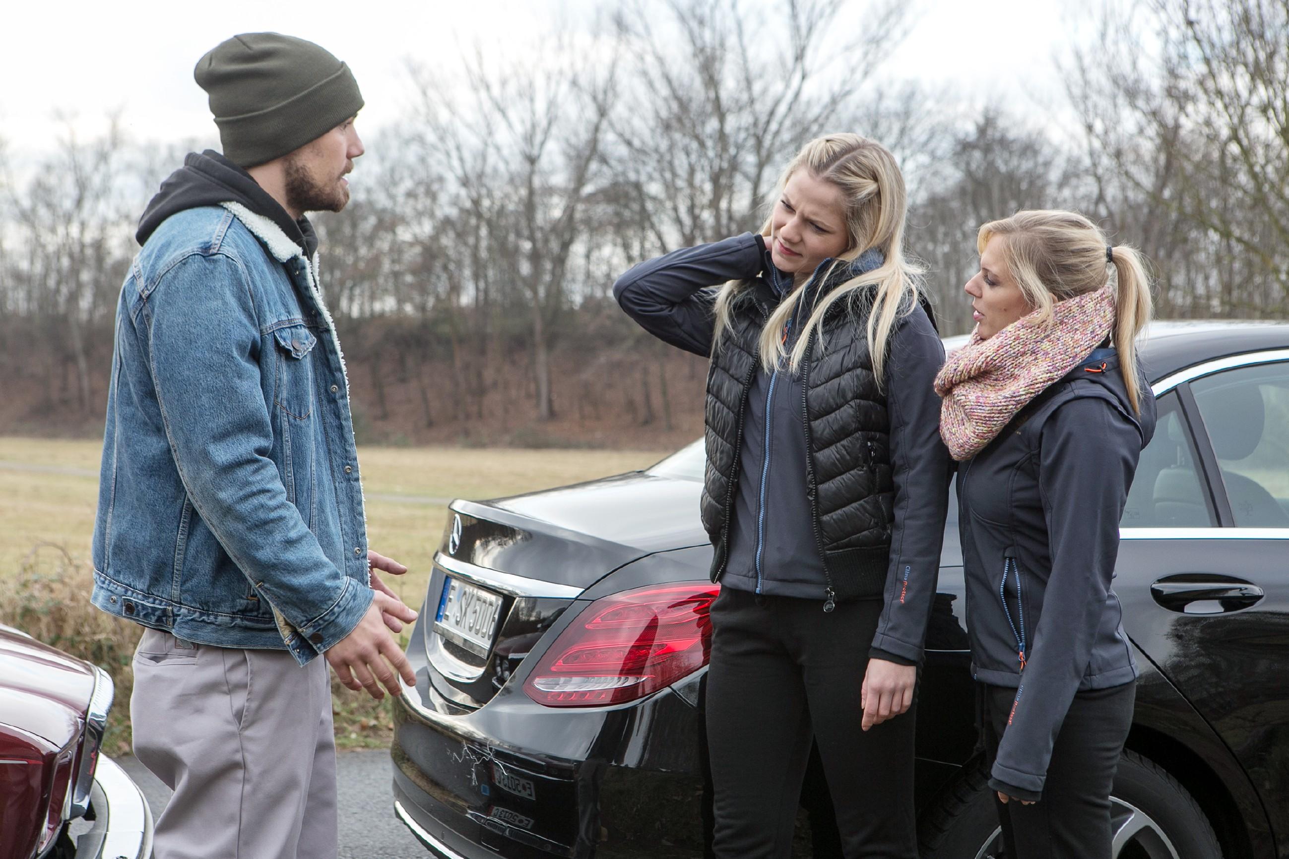 Leo (Julian Bayer) baut einen Unfall und gerät unter Druck, als Marie (Cheyenne Pahde, M.) und Lena (Juliette Greco) darauf bestehen, den Unfall der Polizei zu melden. (Quelle: RTL / Kai Schulz)