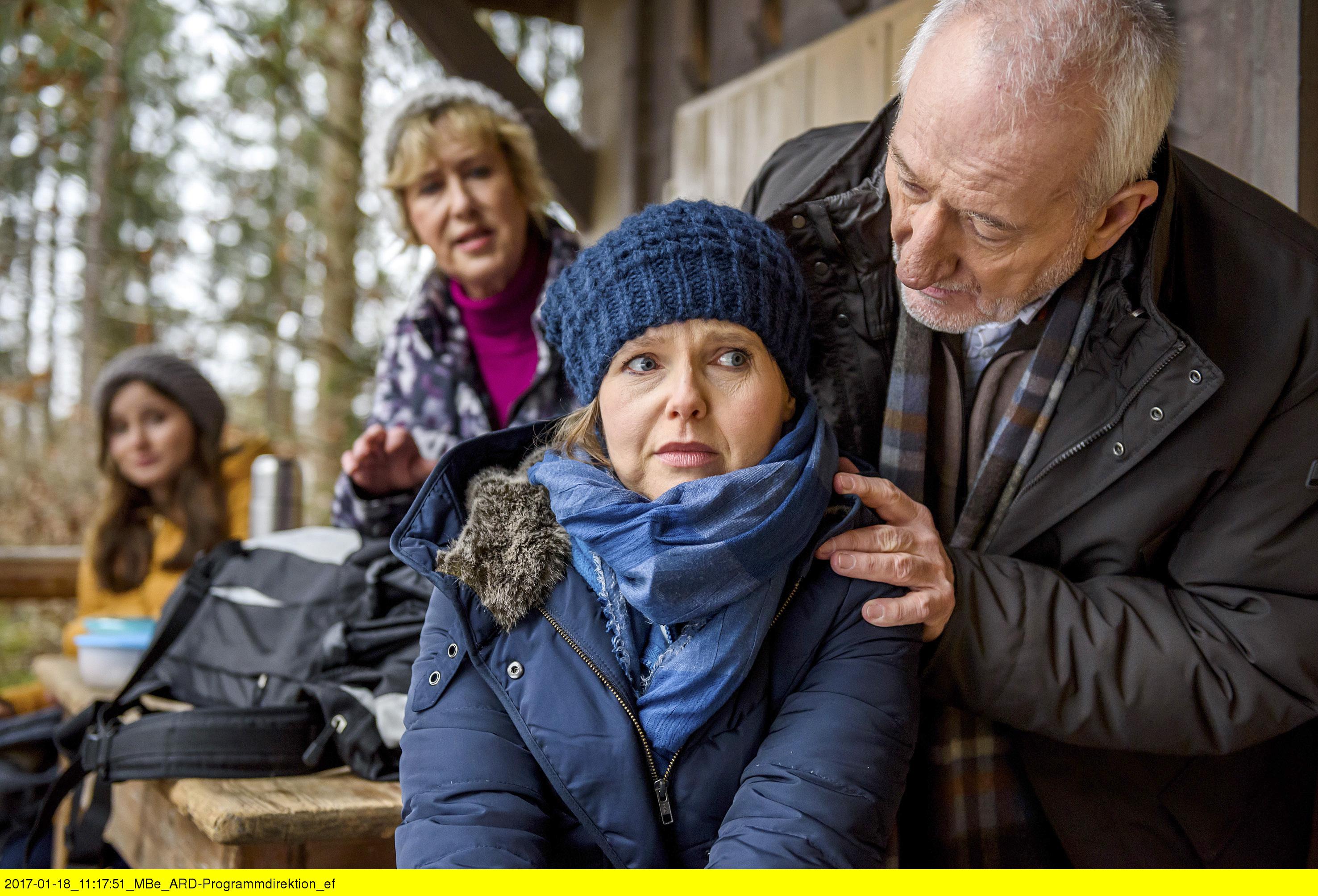 ARD STURM DER LIEBE FOLGE 2642, am Dienstag (07.03.17) um 15:10 Uhr im ERSTEN. Clara (Jeannine Wacker, l.) beobachtet, wie vertraut Gerti (Beatrice Richter, hinten r.) und Alfons (Sepp Schauer, vorne r.) sich um Melli (Bojana Golenac, vorne l.) kümmern. (Quelle: ARD/Christof Arnold)