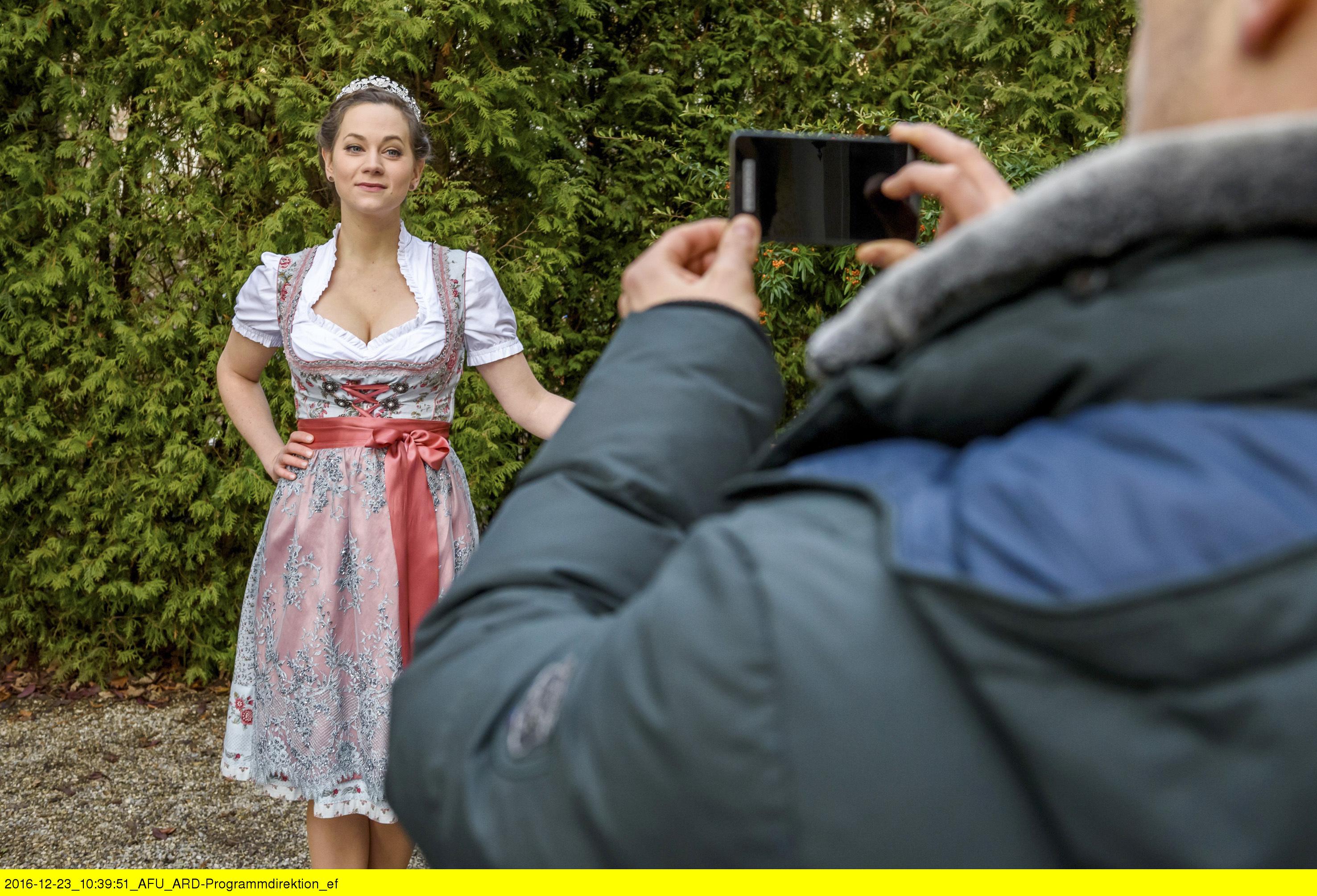 ARD STURM DER LIEBE FOLGE 2631, am Freitag (10.02.17) um 15:10 Uhr im ERSTEN. David (Michael N. Kühl, r.) hilft Tina (Christin Balogh, l.) bei ihrem Videodreh für den Wettbewerb der regionalen Bierköniginnen. (Quelle: ARD/Christof Arnold)