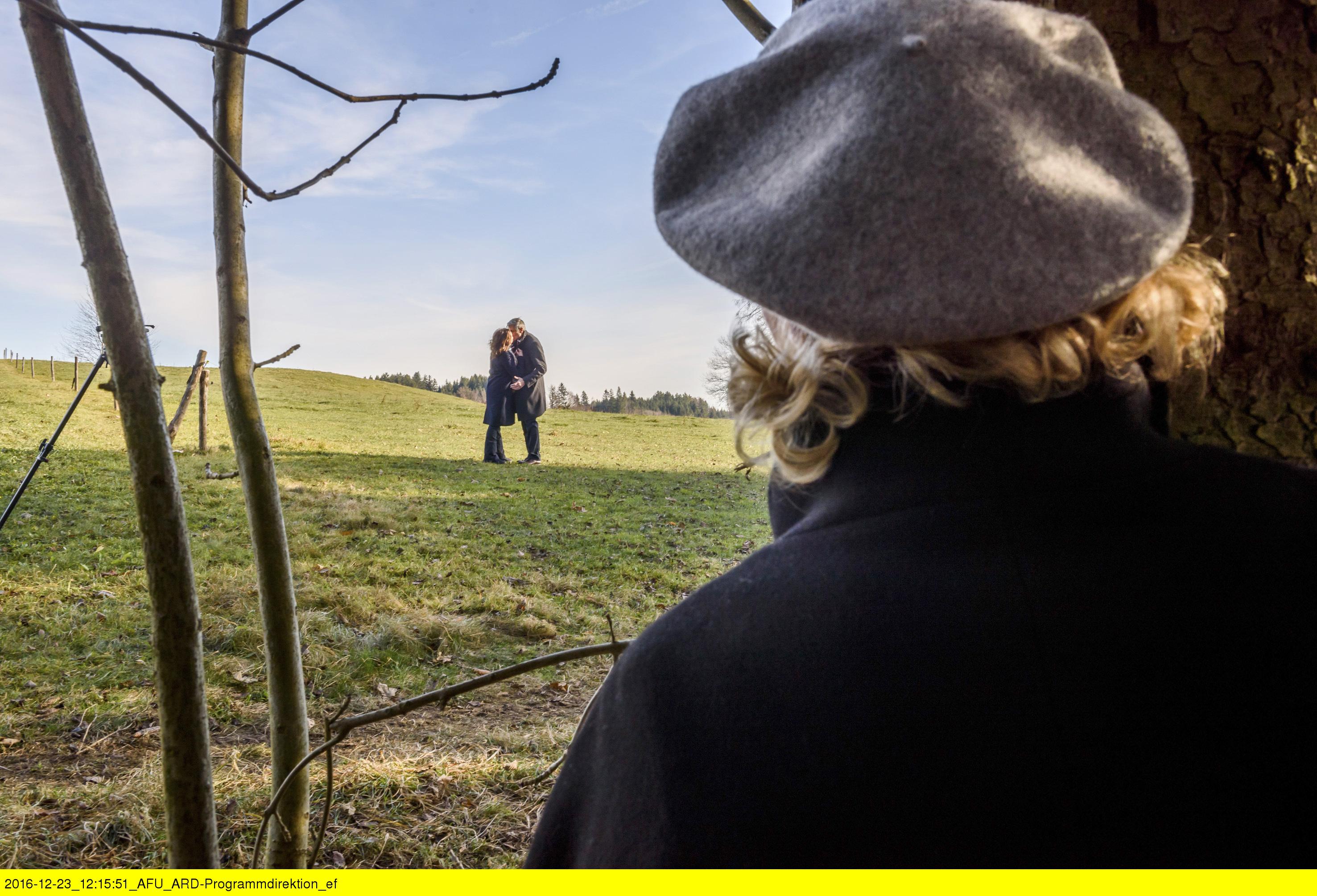 ARD STURM DER LIEBE FOLGE 2632, am Montag (13.02.17) um 15:10 Uhr im ERSTEN. Beatrice (Isabella Hübner, r.) beobachtet einen Kuss zwischen Friedrich (Dietrich Adam, 2.v.l.) und Saskia (Sacha Holzheimer, l.). (Quelle: ARD/Christof Arnold)