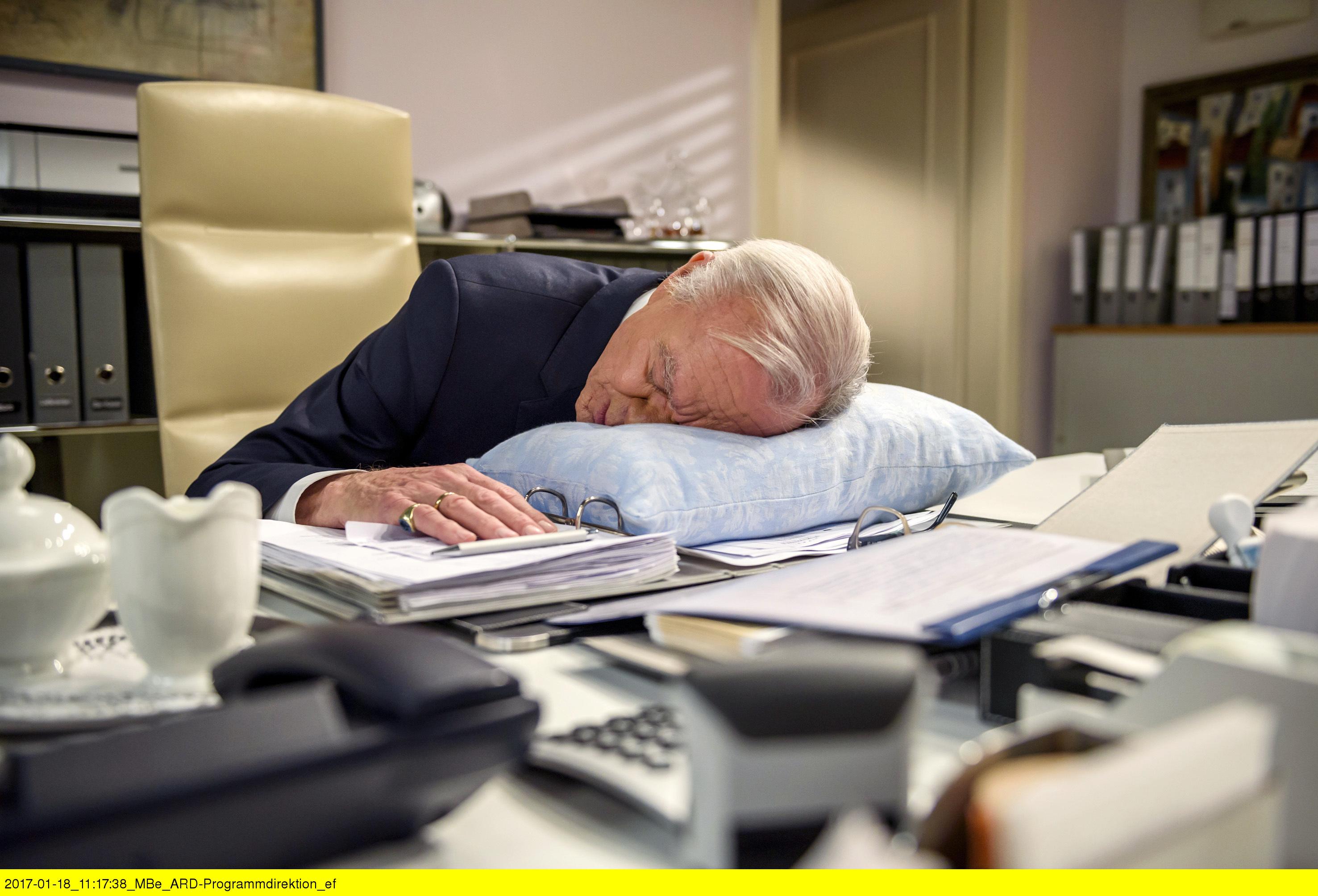 ARD STURM DER LIEBE FOLGE 2641, am Montag (06.03.17) um 15:10 Uhr im ERSTEN. Werner (Dirk Galuba) schläft im Büro ein. (Quelle: ARD/Christof Arnold)
