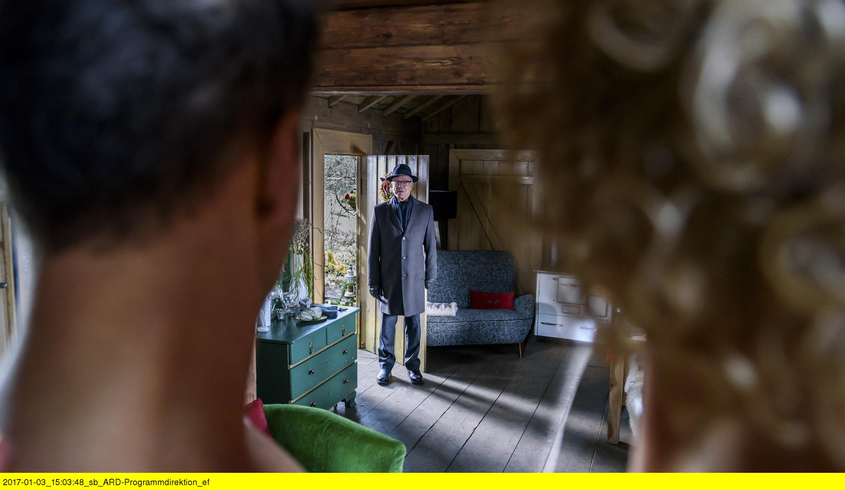 ARD STURM DER LIEBE FOLGE 2639, am Dienstag (28.02.17) um 15:10 Uhr im ERSTEN. Werner (Dirk Galuba, M.) erwischt Natascha (Melanie Wiegmann, r.) und Nils (Florian Stadler, l.) in einer eindeutigen Situation. (Quelle: ARD/Christof Arnold)