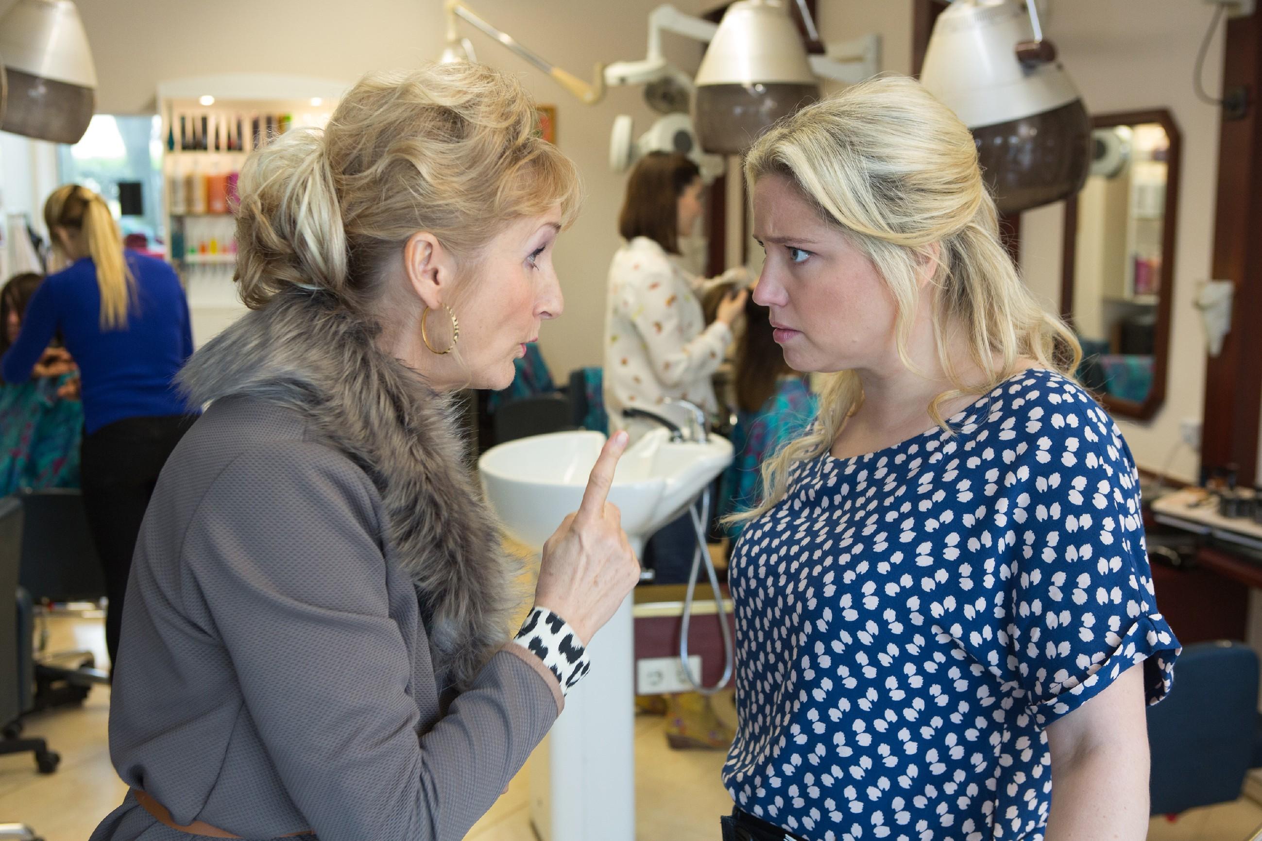 Frau Popova (Petra Nadolny, l.) erzählt Dagmar (Caroline Maria Frier) vom roten Ordner in der Villa und rät ihr vom Kauf des Hauses ab.