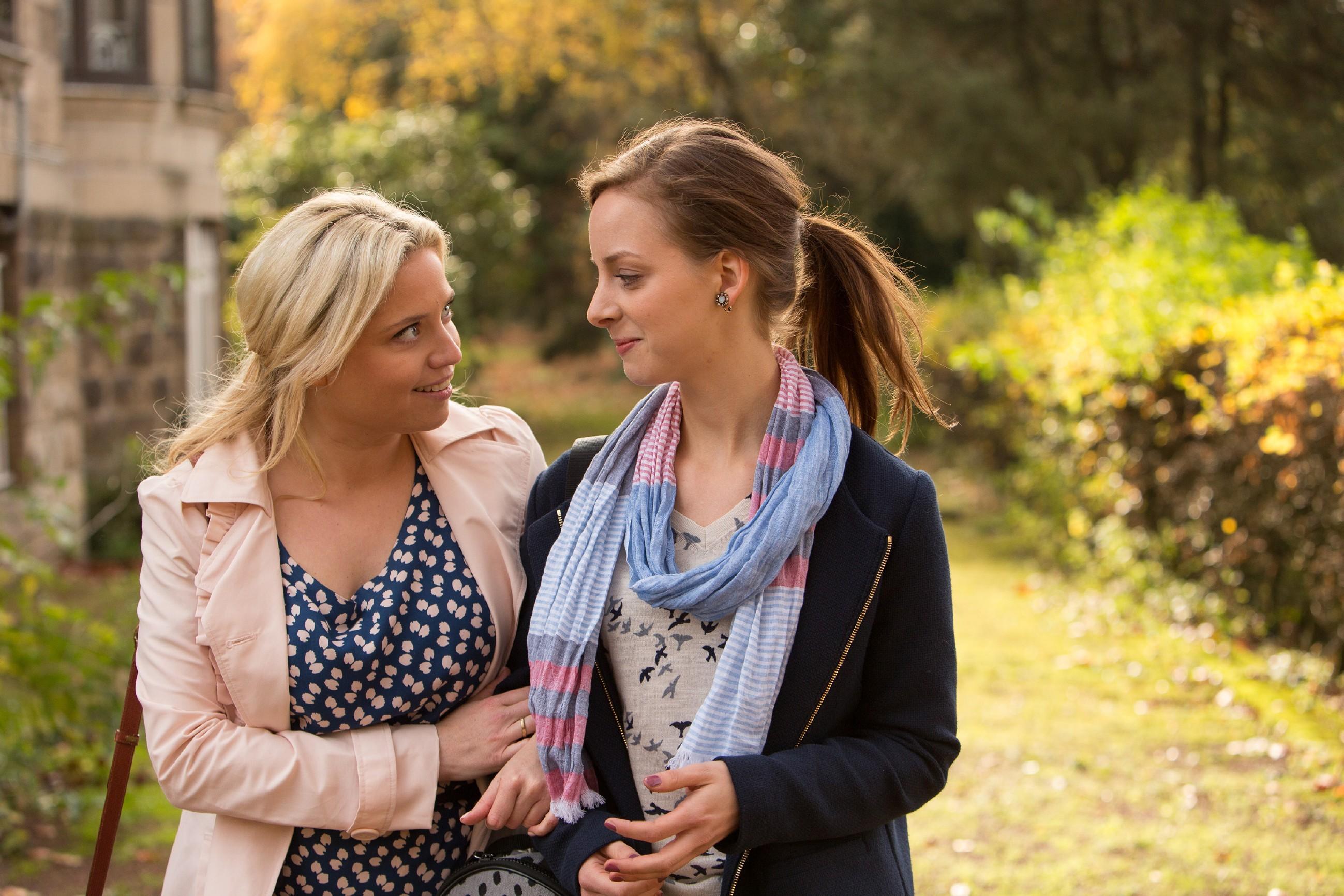 Nina (Amelie Plaas-Link, r.) ist sich bei Helmut unsicher, Dagmar (Caroline Maria Frier) redet ihr gut zu.