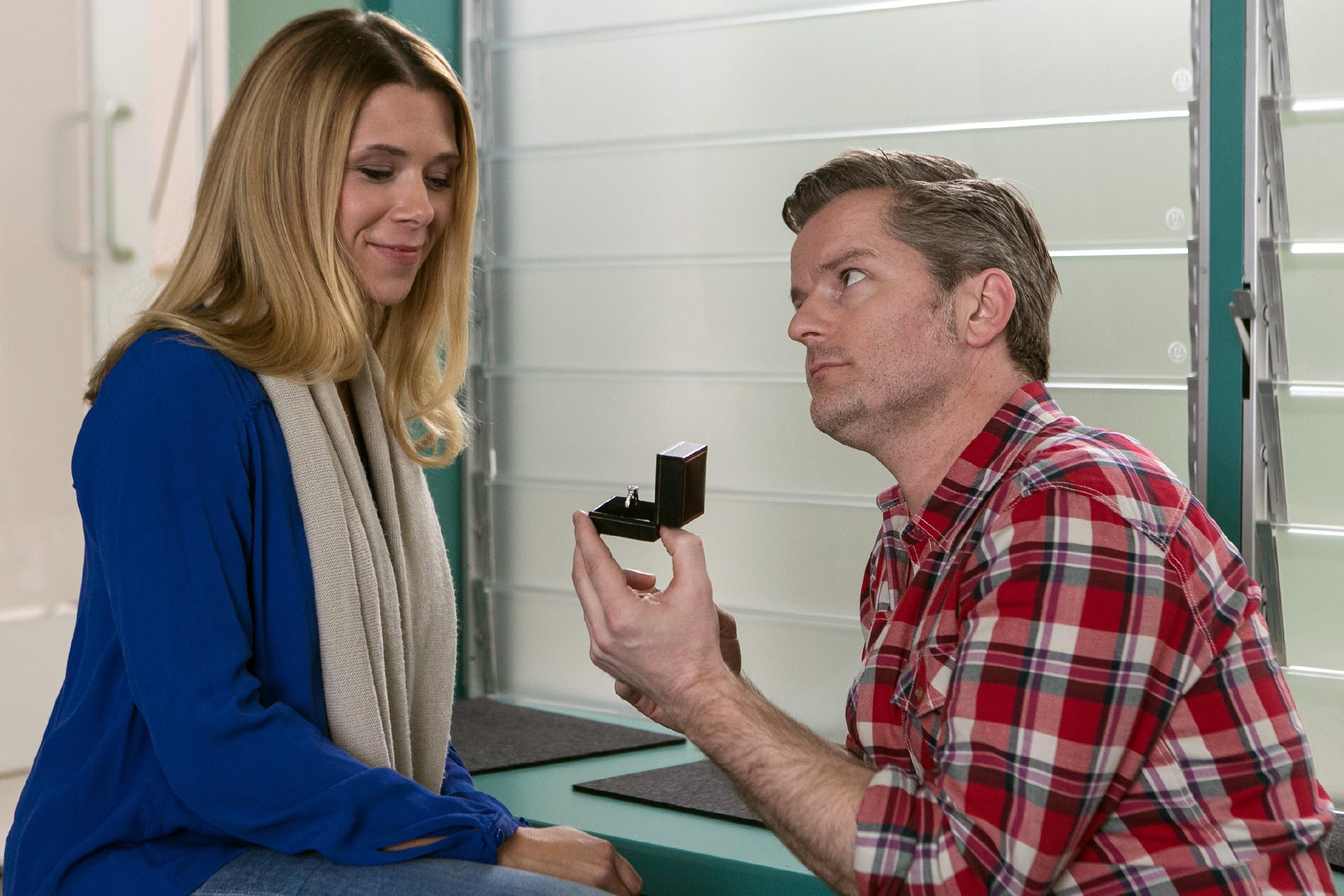 Nachdem Diana (Tanja Szewczenko) Ingo (André Dietz) bewiesen hat, dass sie auch in harten Zeiten zu ihm stehen wird, überrascht er sie mit einem Verlobungsring.