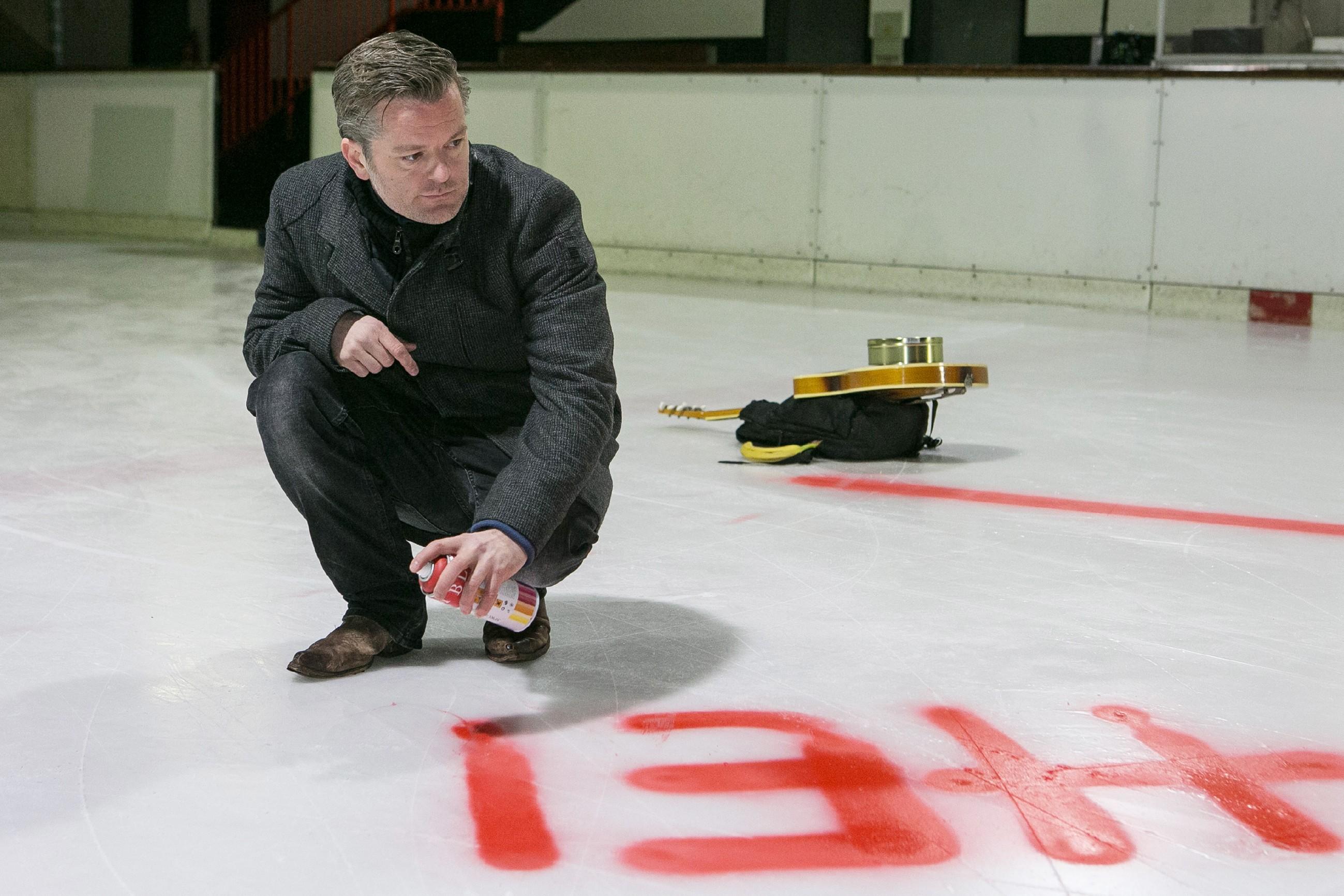 Ingo (André Dietz) sprüht seinen Heiratsantrag für Diana auf das Eis.