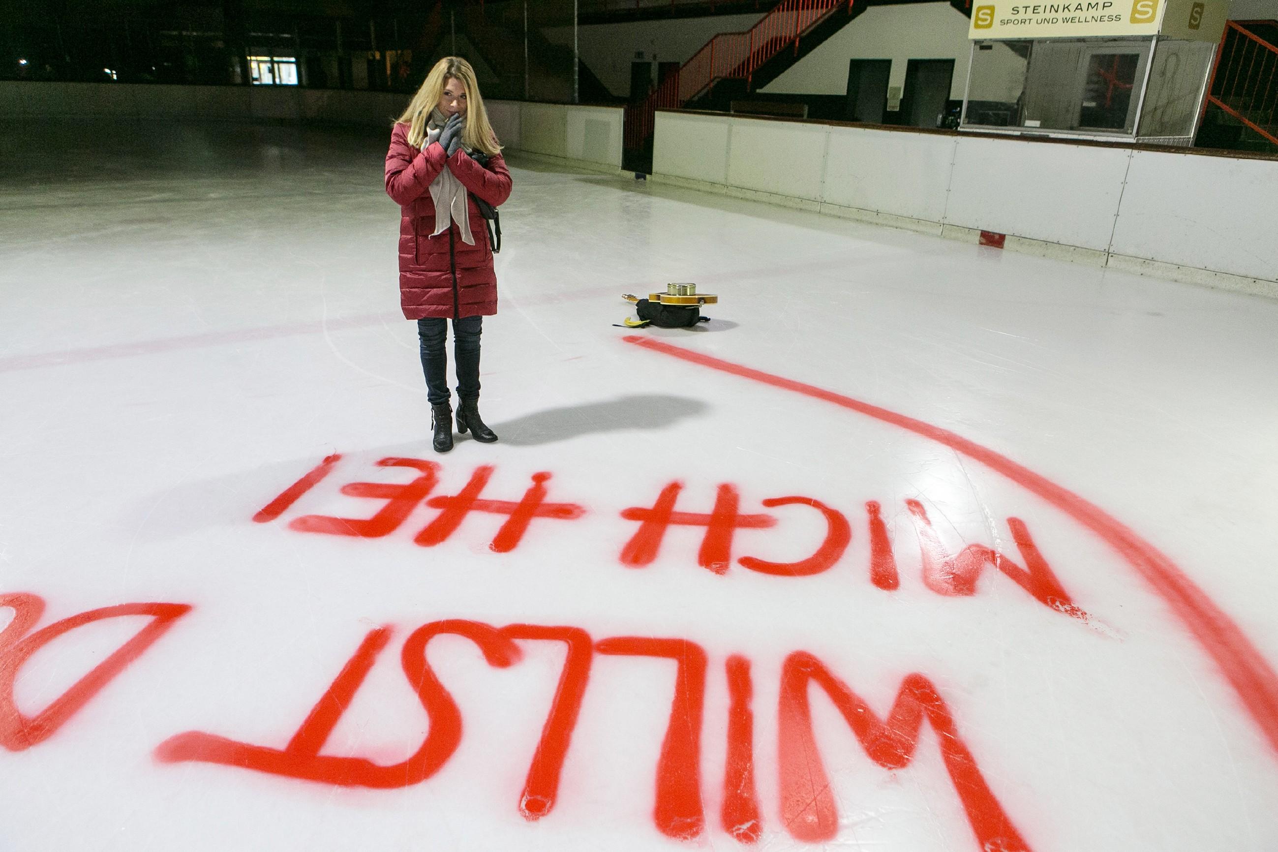 Diana (Tanja Szewczenko) wundert sich, wo Ingo steckt und was es mit dem halbfertigen Heiratsantrag auf dem Eis auf sich hat...