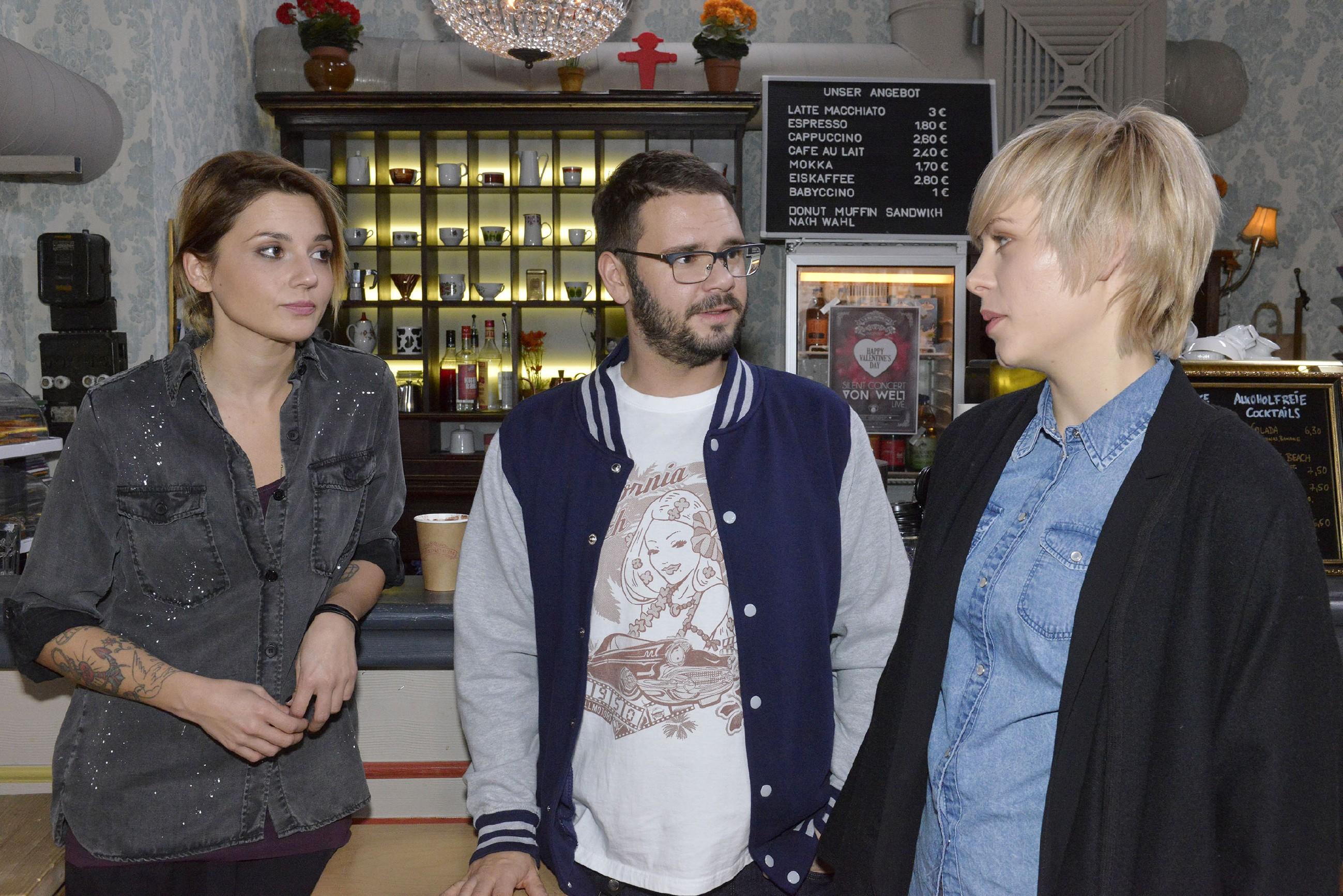 Anni (Linda Marlen Runge, l.) und Tuner (Thomas Drechsel) verweigern der Journalistin Viola Peters (Jasmin Wyszka) Auskünfte über Katrin.