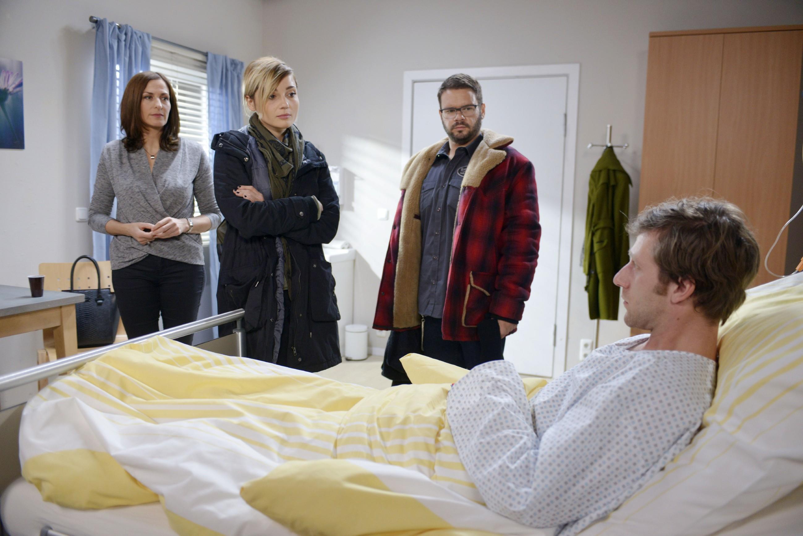 Katrin (Ulrike Frank, l.), Anni (Linda Marlen Runge) und Tuner (Thomas Drechsel) machen sich große Sorgen um Till (Merlin Leonhardt, r.).