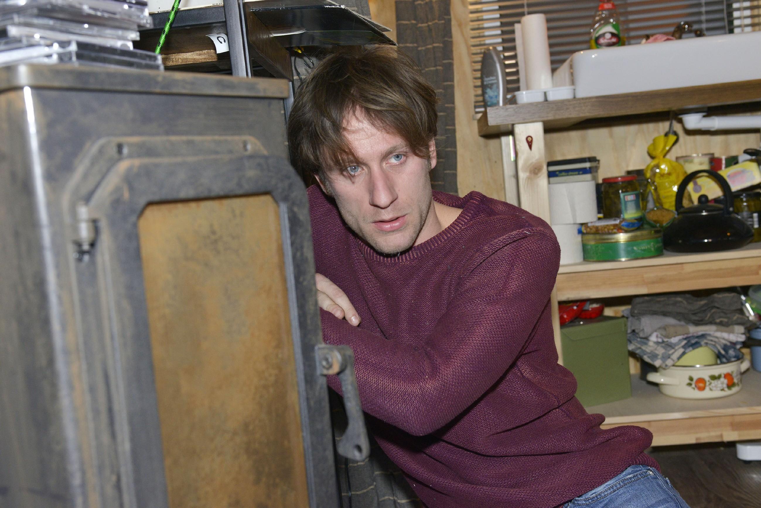 Till (Merlin Leonhardt) ist völlig allein, als er im Bauwagen von den Auswirkungen seiner tückischen Krankheit eingeholt wird...