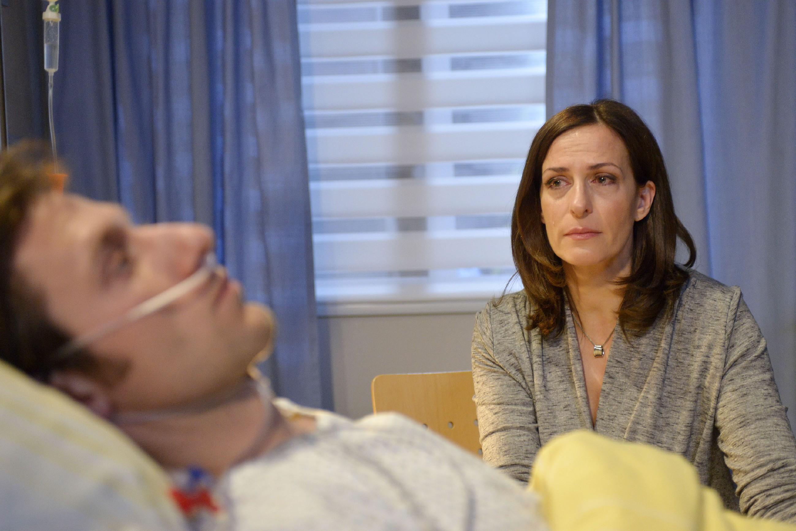 Katrin (Ulrike Frank) Schock über Tills (Merlin Leonhardt) Zusammenbruch ist groß und im Krankenhaus weicht sie nicht von seiner Seite.