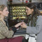 Jasmin (Janina Uhse, r.) bewundert Sunnys (Valentina Pahde) Verlobungsring, spürt jedoch auch deren Verunsicherung, was die Heiratspläne angeht.