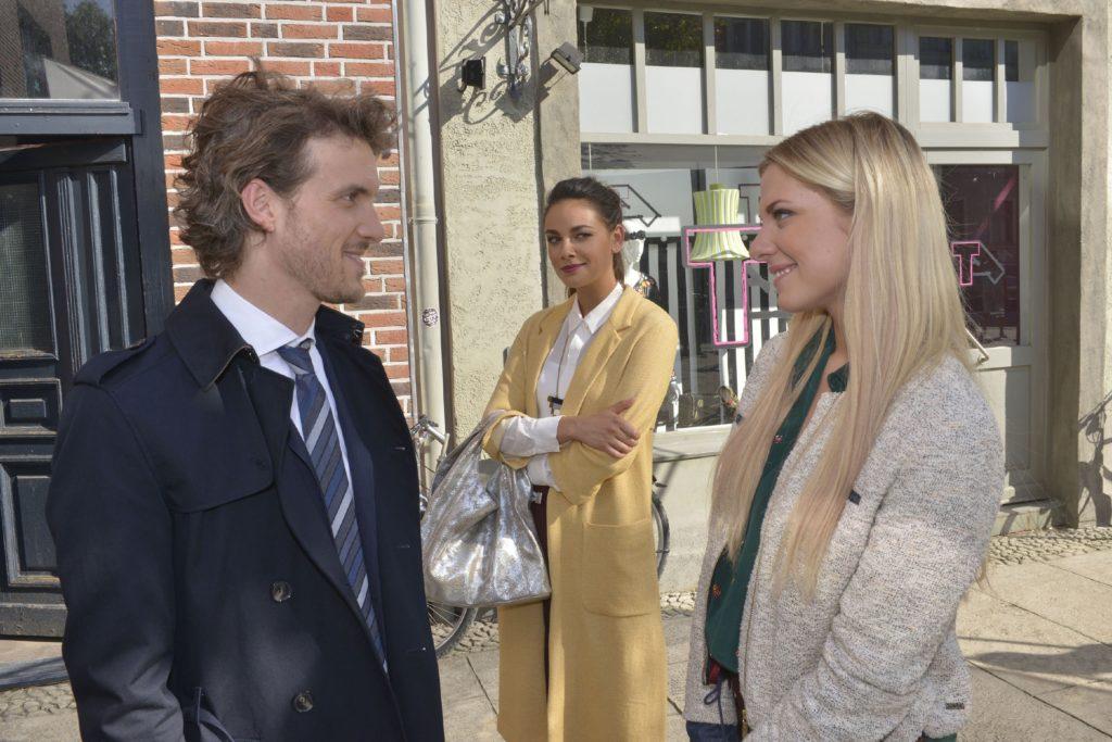 Jasmin (Janina Uhse, M.) freut sich, dass Sunny (Valentina Pahde) in Felix (Thaddäus Meilinger) einen neuen Freund gefunden hat.