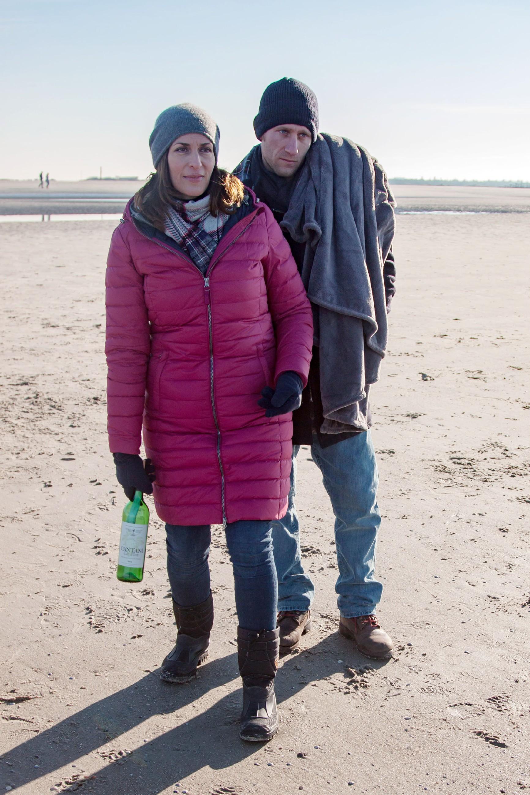 Katrin (Ulrike Frank) und Till (Merlin Leonhardt) werden durch die Flaschenpost auf das Thema Vergänglichkeit zurückgeworfen.