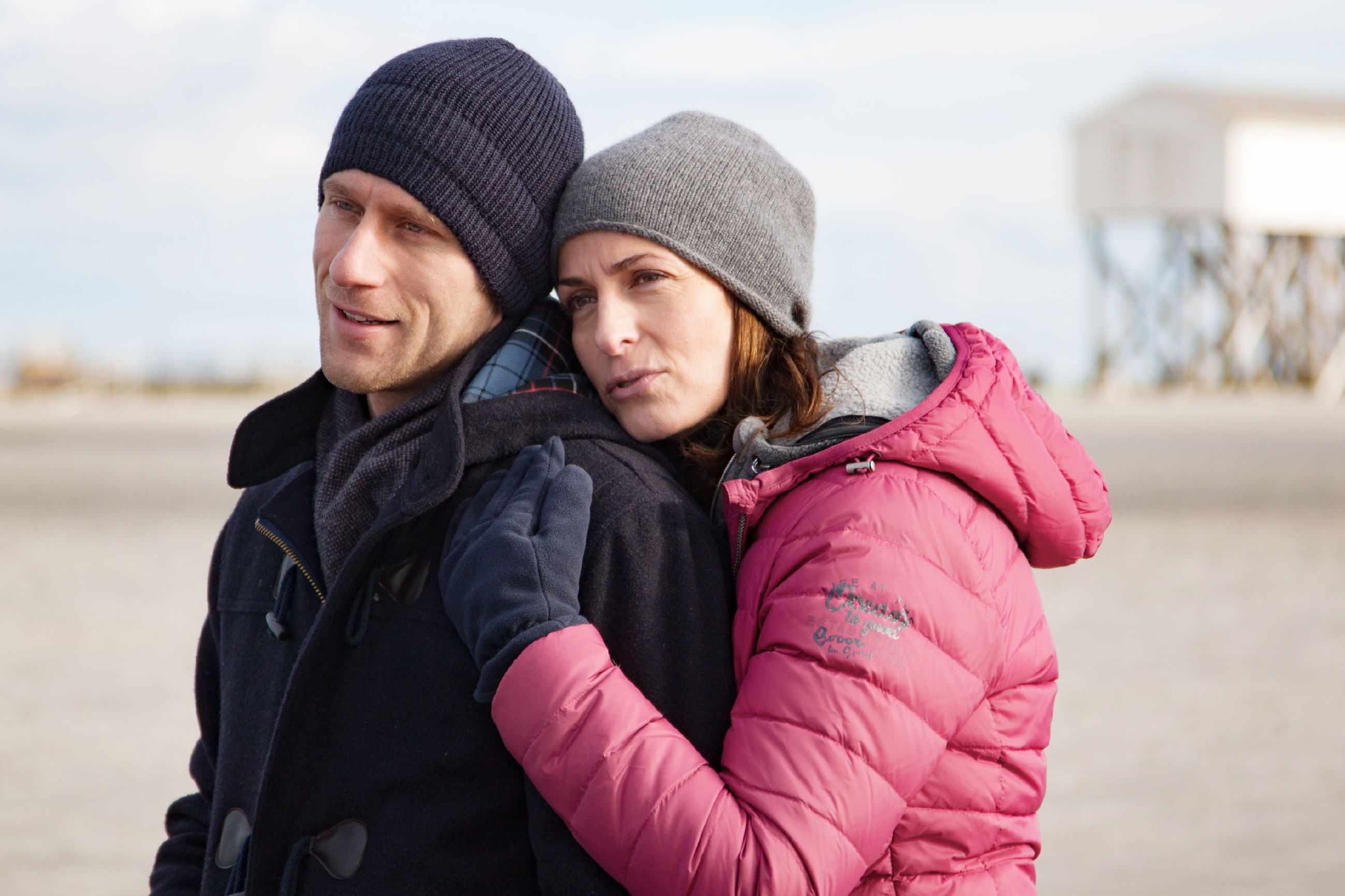Katrin (Ulrike Frank) will die gemeinsame Zeit mit Till (Merlin Leonhardt) am Meer genießen, doch Till findet keine Ruhe...