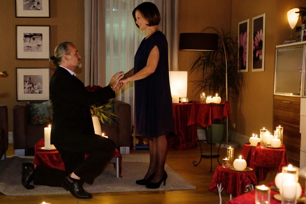 Irene (Petra Blossey) ist überglücklich, dass sich ihre Hoffnung doch noch erfüllt und Robert (Luca Maric) um ihre Hand anhält.