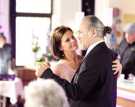 Irene (Petra Blossey) und Robert (Luca Maric) feiern mit ihren Freunden aus der Schillerallee ihre Hochzeit.