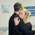 Utes (Isabell Hertel) Angst um ihr ungeborenes Kind bricht sich in Tills (Ben Ruedinger) Armen Bahn.
