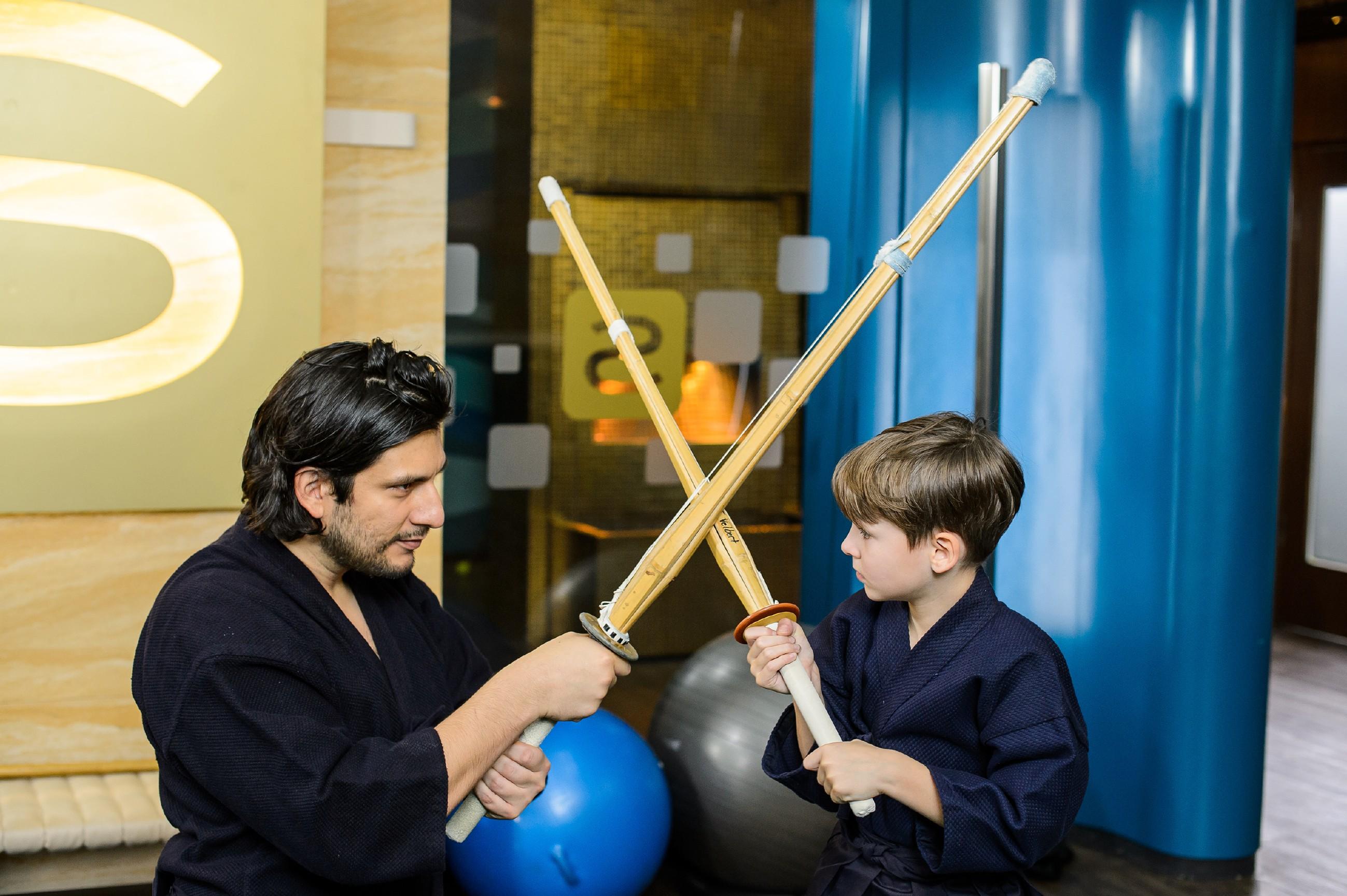 Maximilian (Francisco Medina, l.) genießt die Kendo-Übungseinheit mit seinem Sohn Alexander (Ralf-Maximilian Prack) und ist fest entschlossen, alles dafür zu tun, um nicht wieder ins Gefängnis zu müssen.(Quelle: RTL / Willi Weber)
