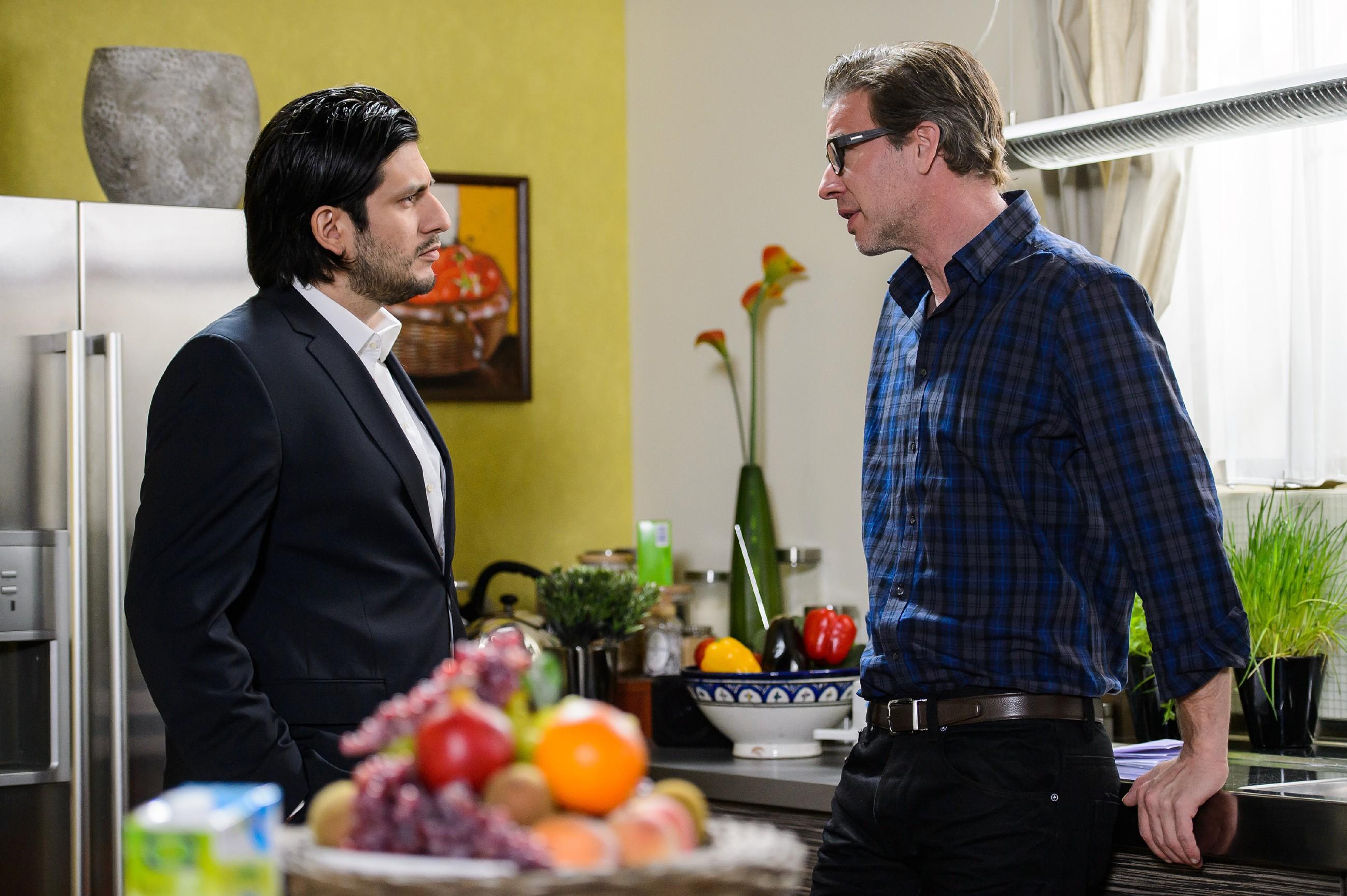 Christoph (Lars Korten, r.) setzt Maximilian (Francisco Medina) mit seinem Wissen unter Druck.(Quelle: RTL / Willi Weber)