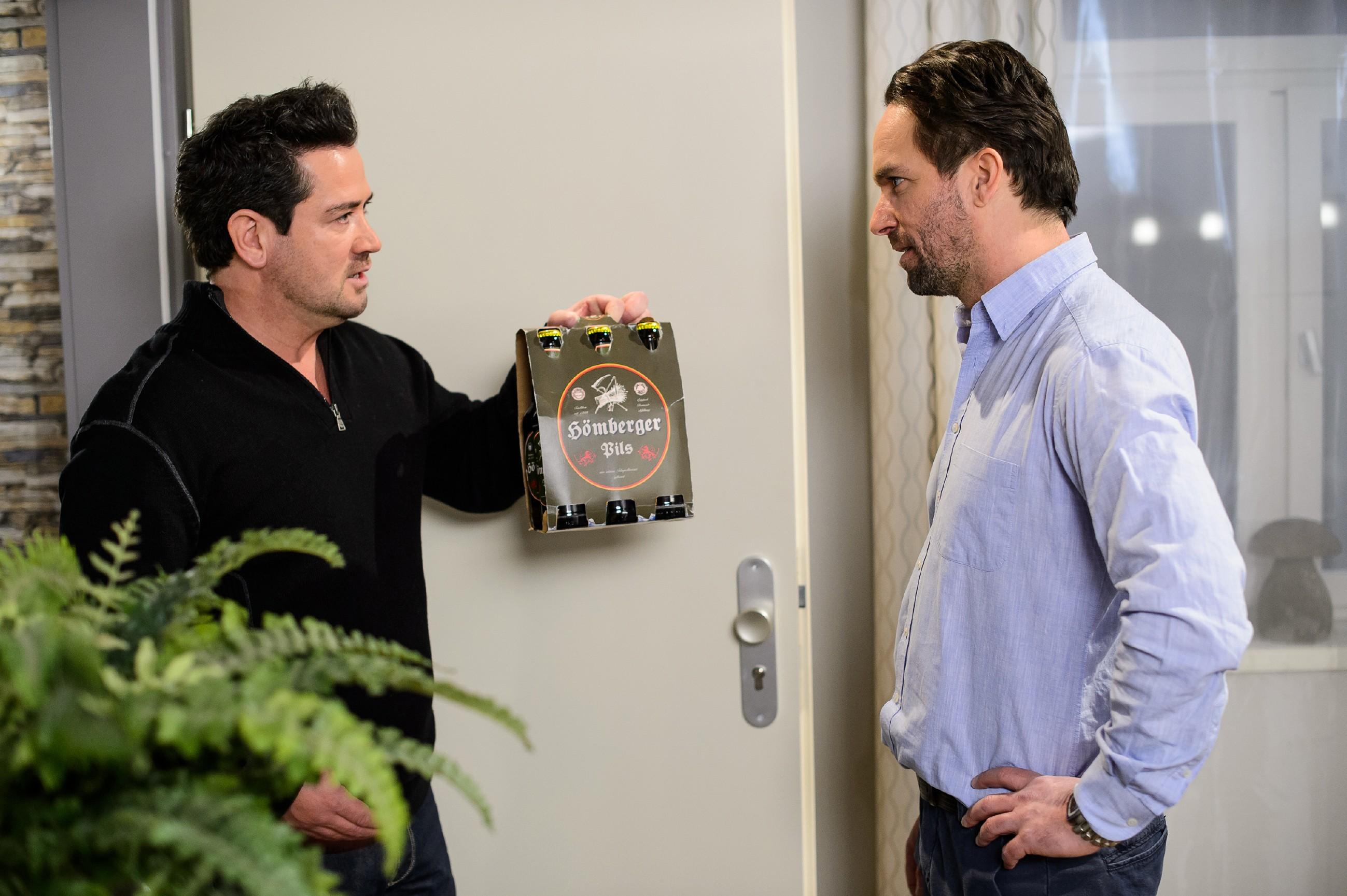 Thomas (Daniel Brockhaus, r.) hält das Warten auf Nachricht von Leo kaum noch aus, als Marian (Sam Eisenstein) zur Aufmunterung mit einem Sixpack Bier zu Besuch kommt.(Quelle: RTL / Willi Weber)