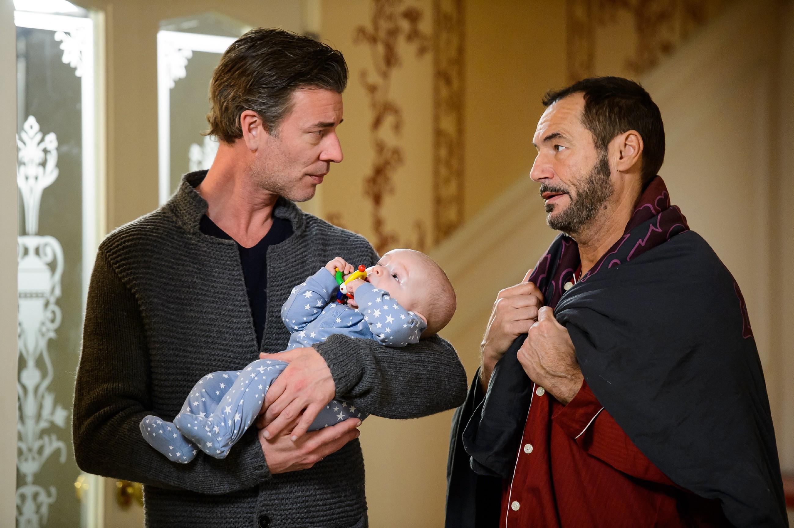 Christoph (Lars Korten, l.) ist irritiert, als Richard (Silvan-Pierre Leirich) eine rätselhafte Bemerkung zu Maximilian fallen lässt.(Quelle: RTL / Willi Weber)