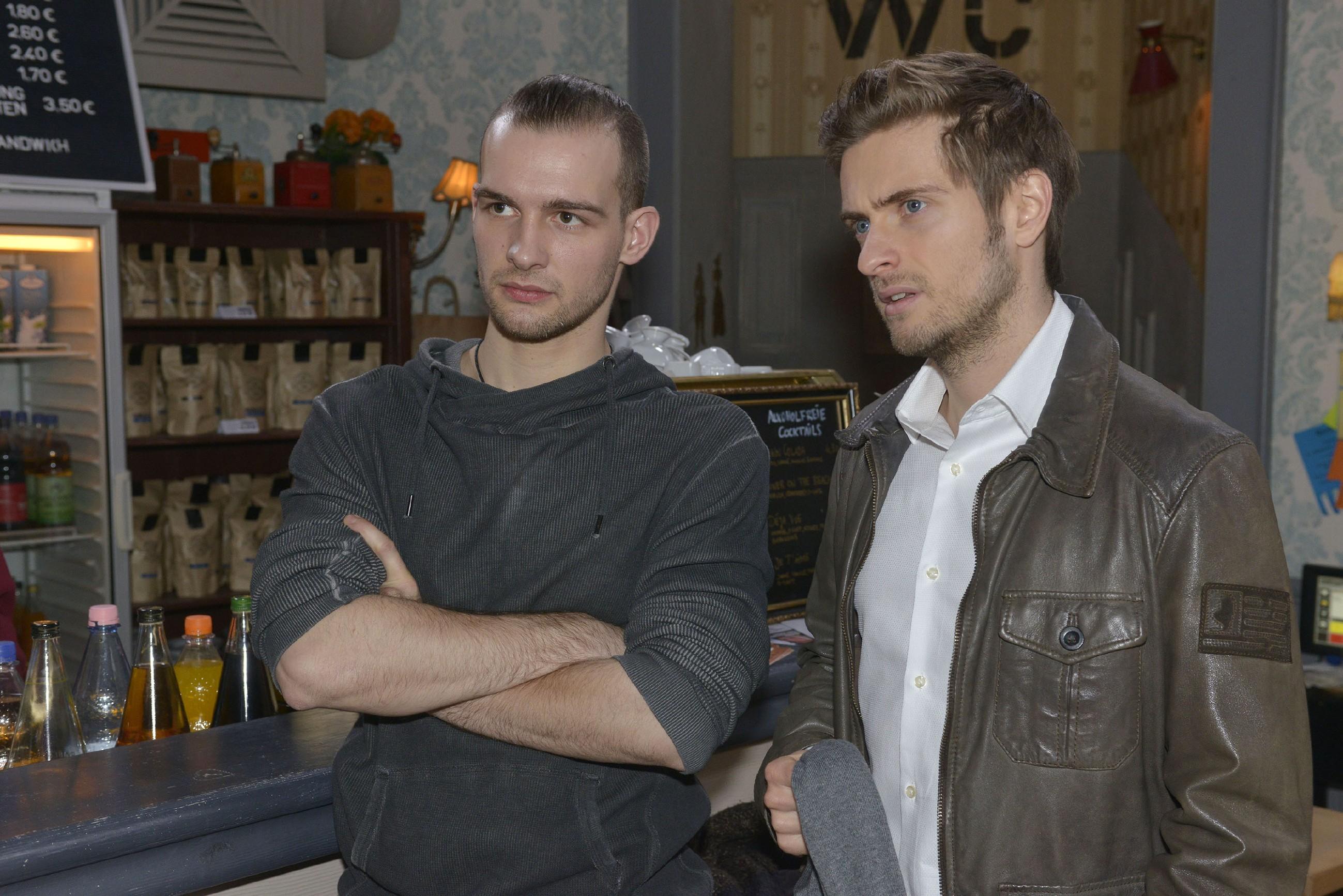 Philip (Jörn Schlönvoigt, r.) erkennt, wie wütend Chris (Eric Stehfest) auf den Grundstückseigentümer ist, der ihn offenbar reingelegt hat. (RTL / Rolf Baumgartner)