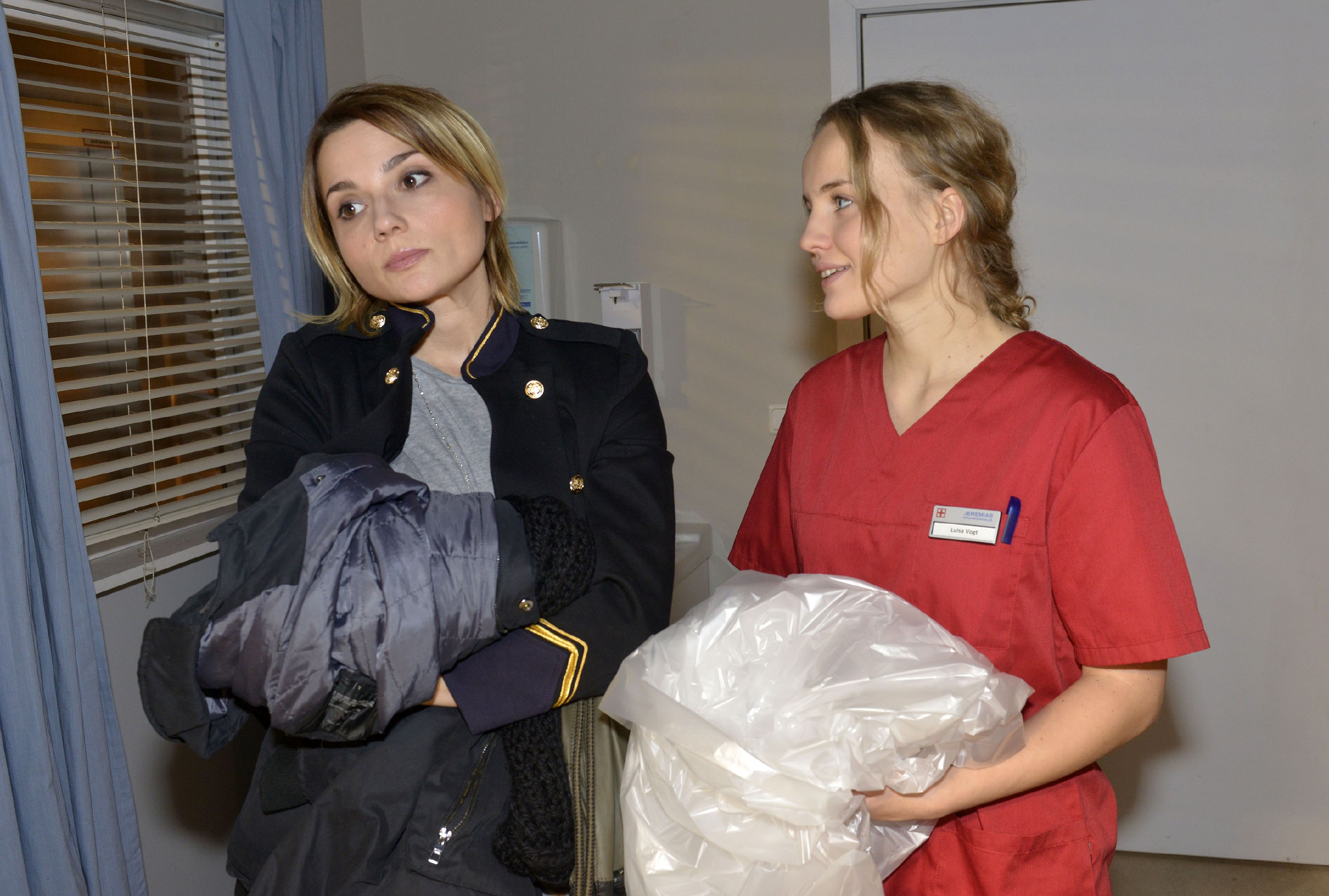 Anni (Linda Marlen Runge, l.) macht Jule (Luise von Finckh) klar, dass sie für deren Verhalten in Bezug auf Tuner kein Verständnis hat. (RTL / Rolf Baumgartner)