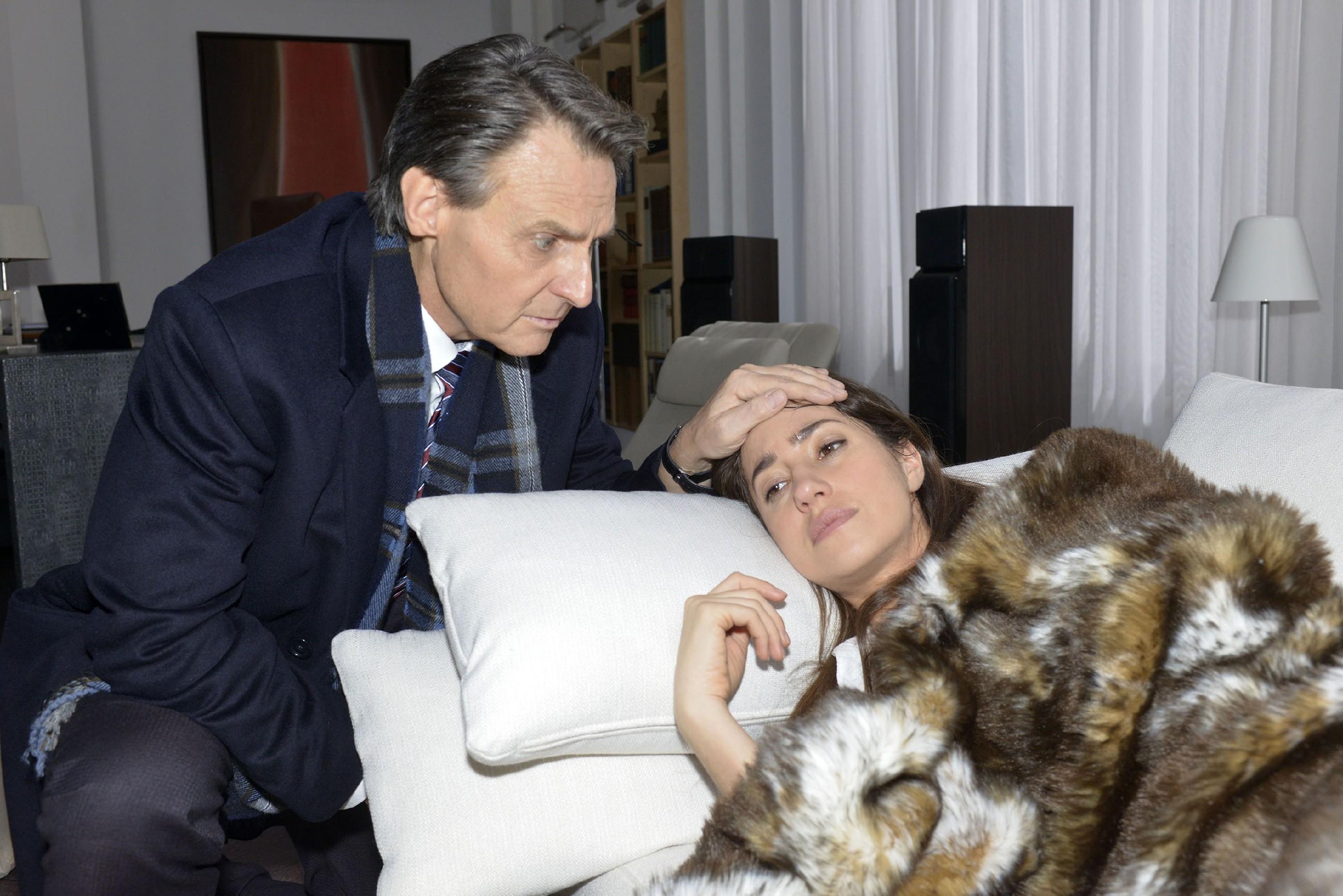 Gerner (Wolfgang Bahro) kehrt früher von seinem Termin zurück, um sich um die kranke Elena (Elena Garcia Gerlach) zu kümmern. (RTL / Rolf Baumgartner)