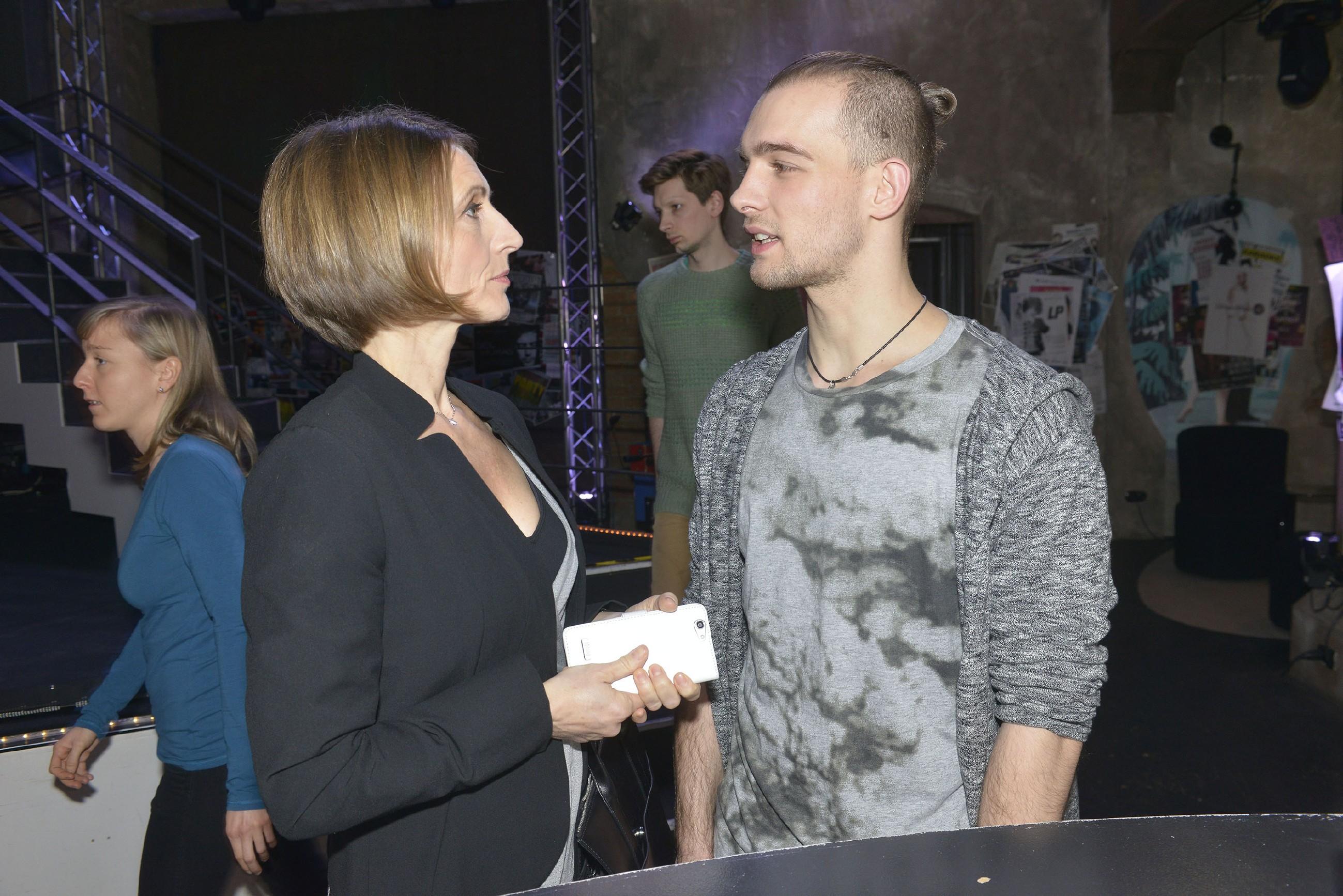 Als der alte Familienkonflikt wieder aufbricht, stellt sich Chris (Eric Stehfest) vor Rosa (Joana Schümer) erstmals klar auf die Seite seines Bruders. (RTL / Rolf Baumgartner)