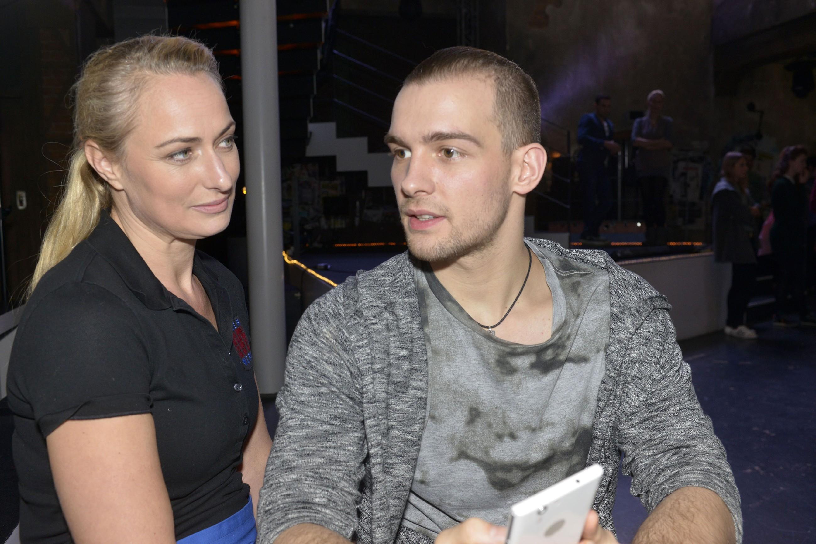 Maren (Eva Mona Rodekirchen) hofft, dass sich Chris (Eric Stehfest) mit seiner Familie aussöhnt. (RTL / Rolf Baumgartner)