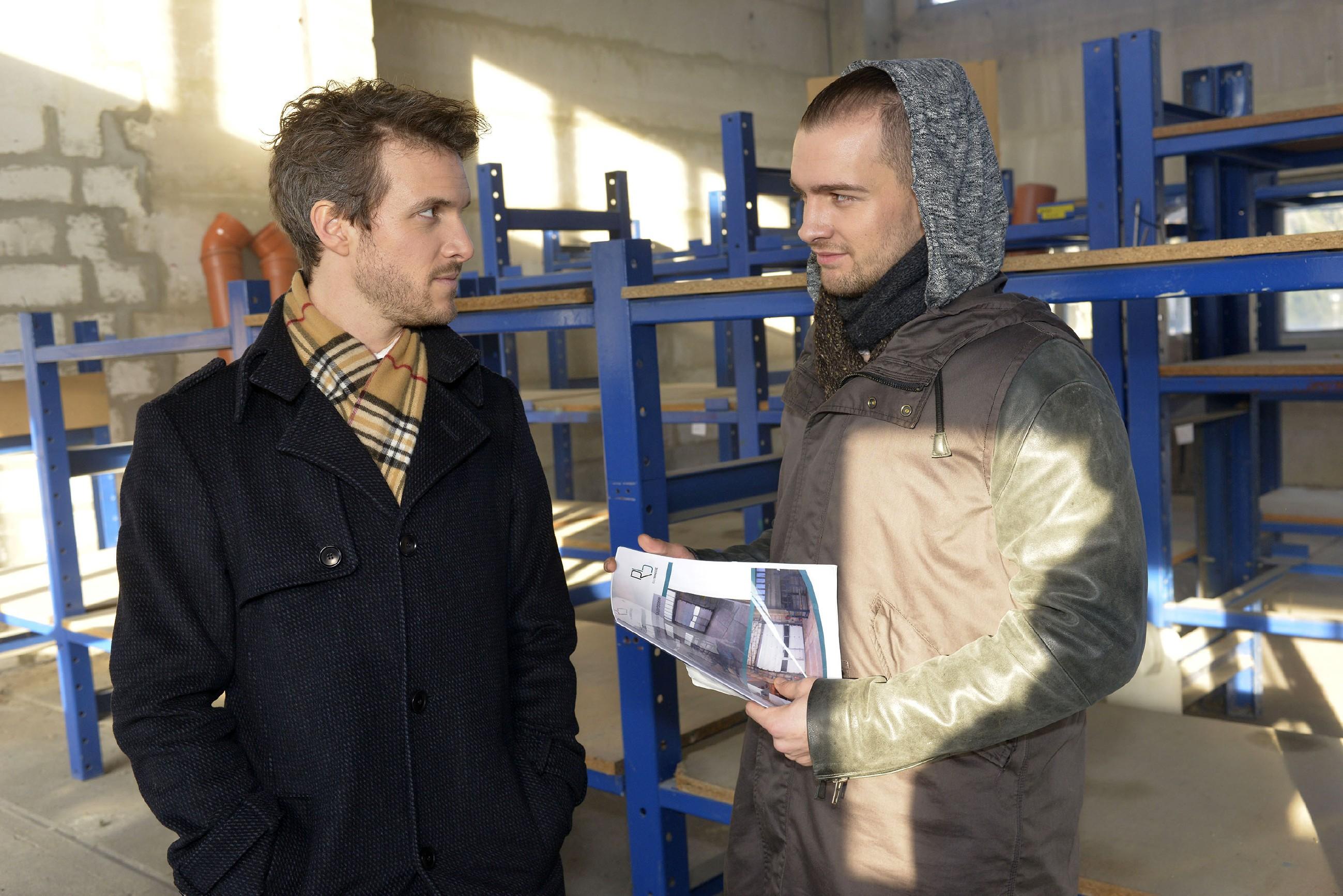 Als Chris (Eric Stehfest, r.) sich erstmals klar auf Felix' (Thaddäus Meilinger) Seite stellt, gerät sein Bruder ins Hadern. Wird Felix seine Rachepläne verwerfen? (RTL / Rolf Baumgartner)
