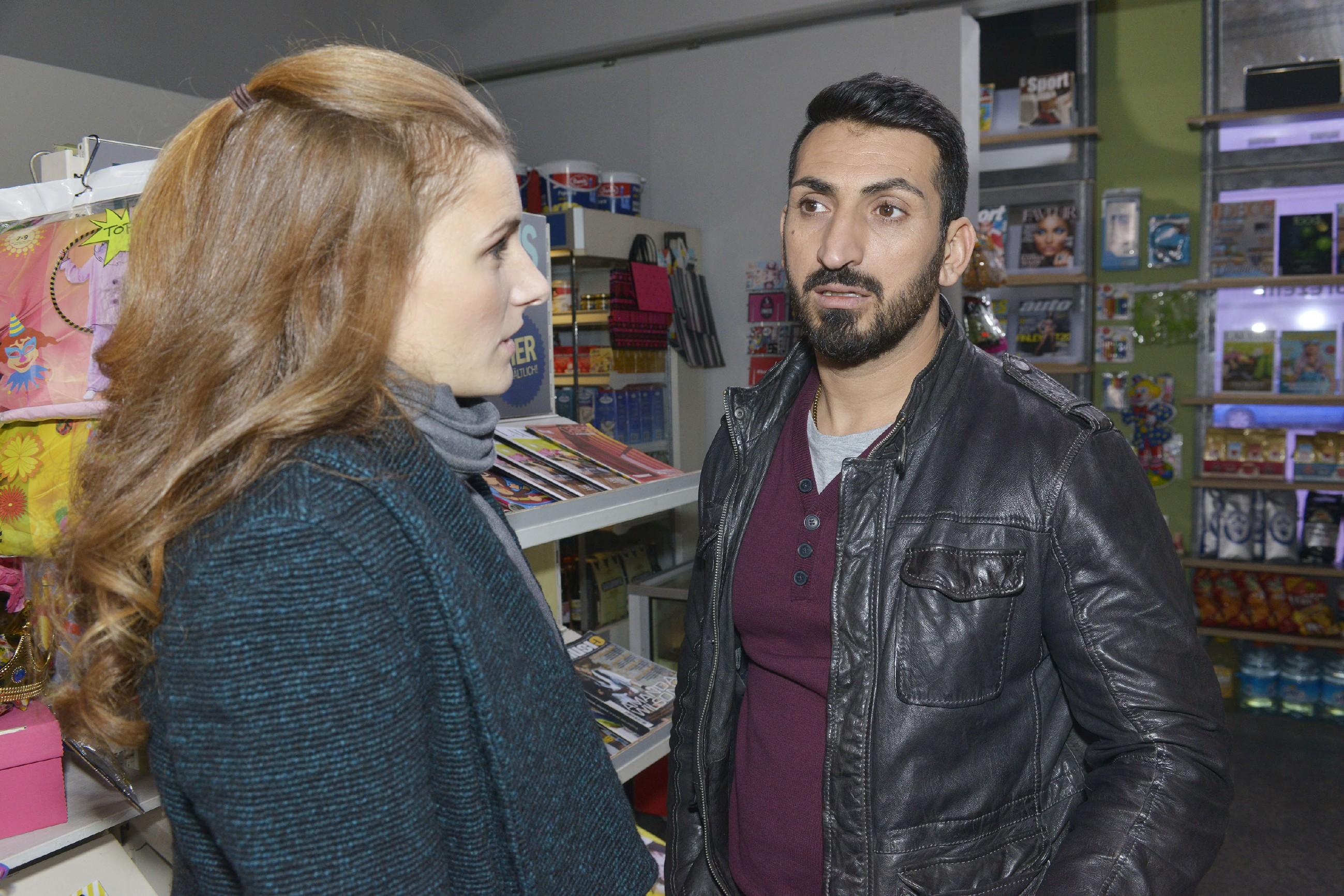 Mesut (Mustafa Alin) gerät in Bedrängnis, als Emma (Claudia Lorentz) unerwartet im Spätkauf auftaucht und ihn hinterm Tresen erwischt. Um nicht aufzufliegen, redet er sich um Kopf und Kragen... (RTL / Rolf Baumgartner)