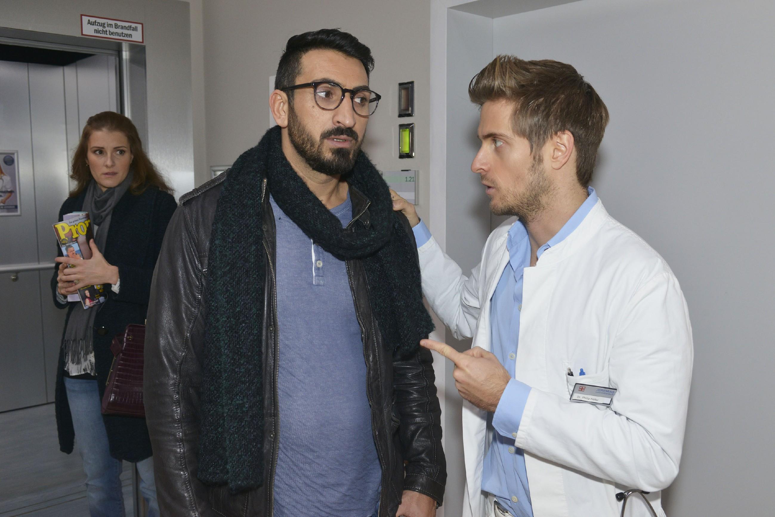 Philip (Jörn Schlönvoigt, r.) lässt Mesut (Mustafa Alin) nicht vor Emma (Claudia Lorentz) auffliegen, redet ihm aber ins Gewissen und macht ihm klar, dass er seine Lüge, im Jeremias zu arbeiten, nicht lange wird aufrechterhalten können. (RTL / Rolf Baumgartner)