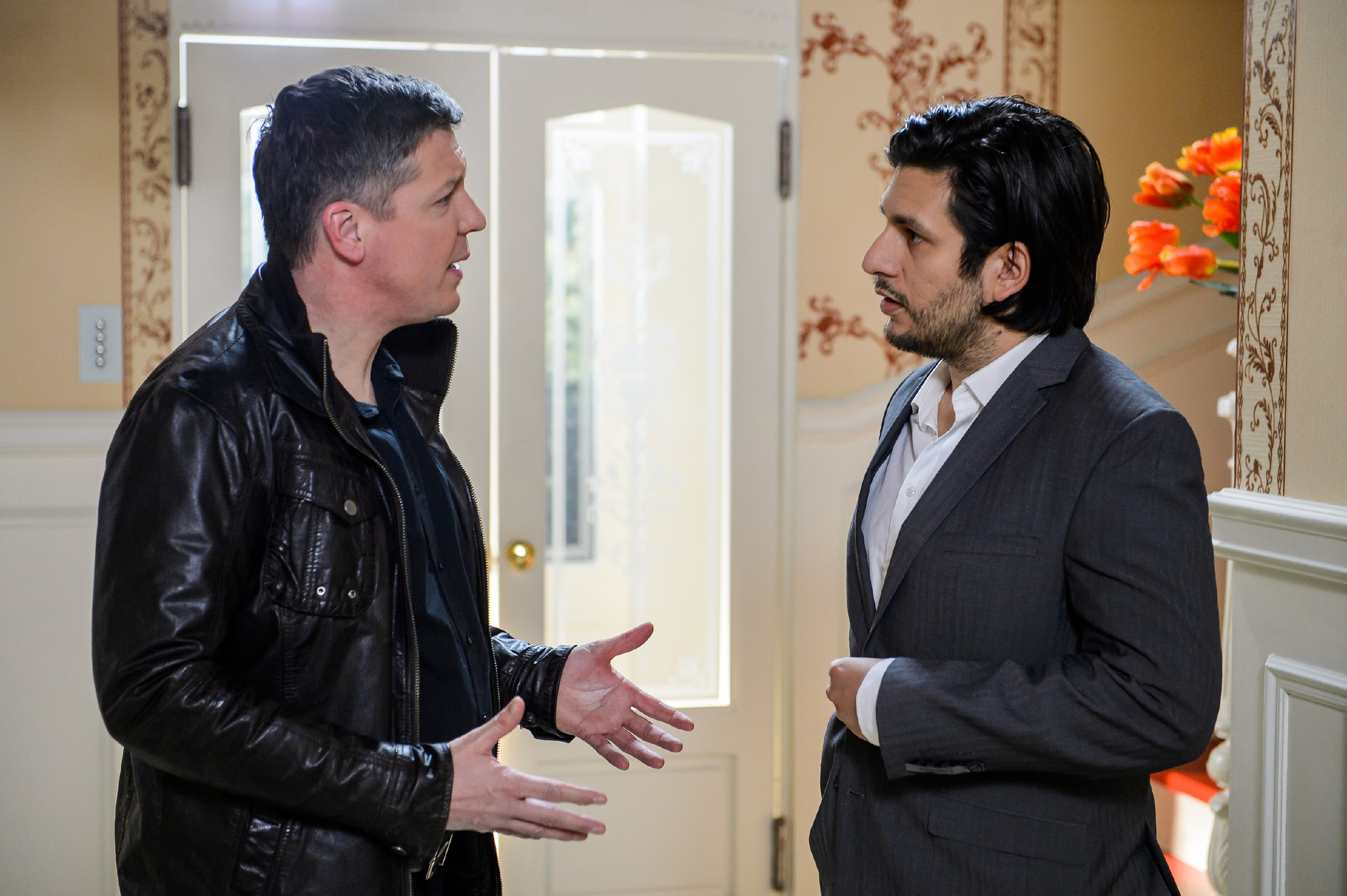 Maximilian (Francisco Medina, r.) kämpft verzweifelt bei Kommissar Hohnert (Markus Haase) um Aufschub. (Quelle: RTL / Willi Weber)