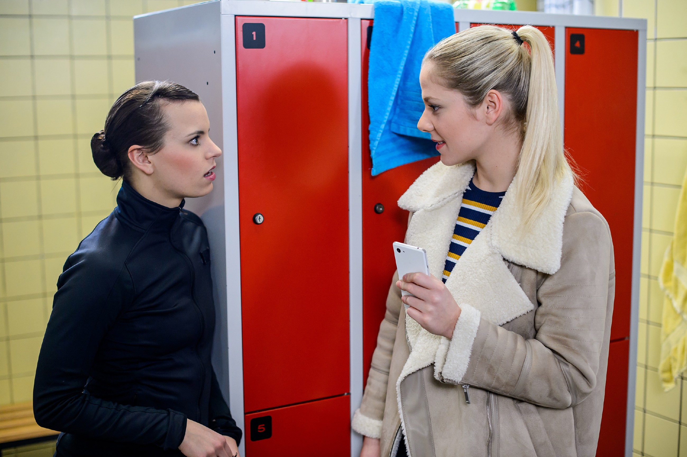 Marie (Cheyenne Pahde, r.) wird von Michelle (Franziska Benz) in ihrem Ärger auf Tim ausgebremst. (Quelle: RTL / Willi Weber)