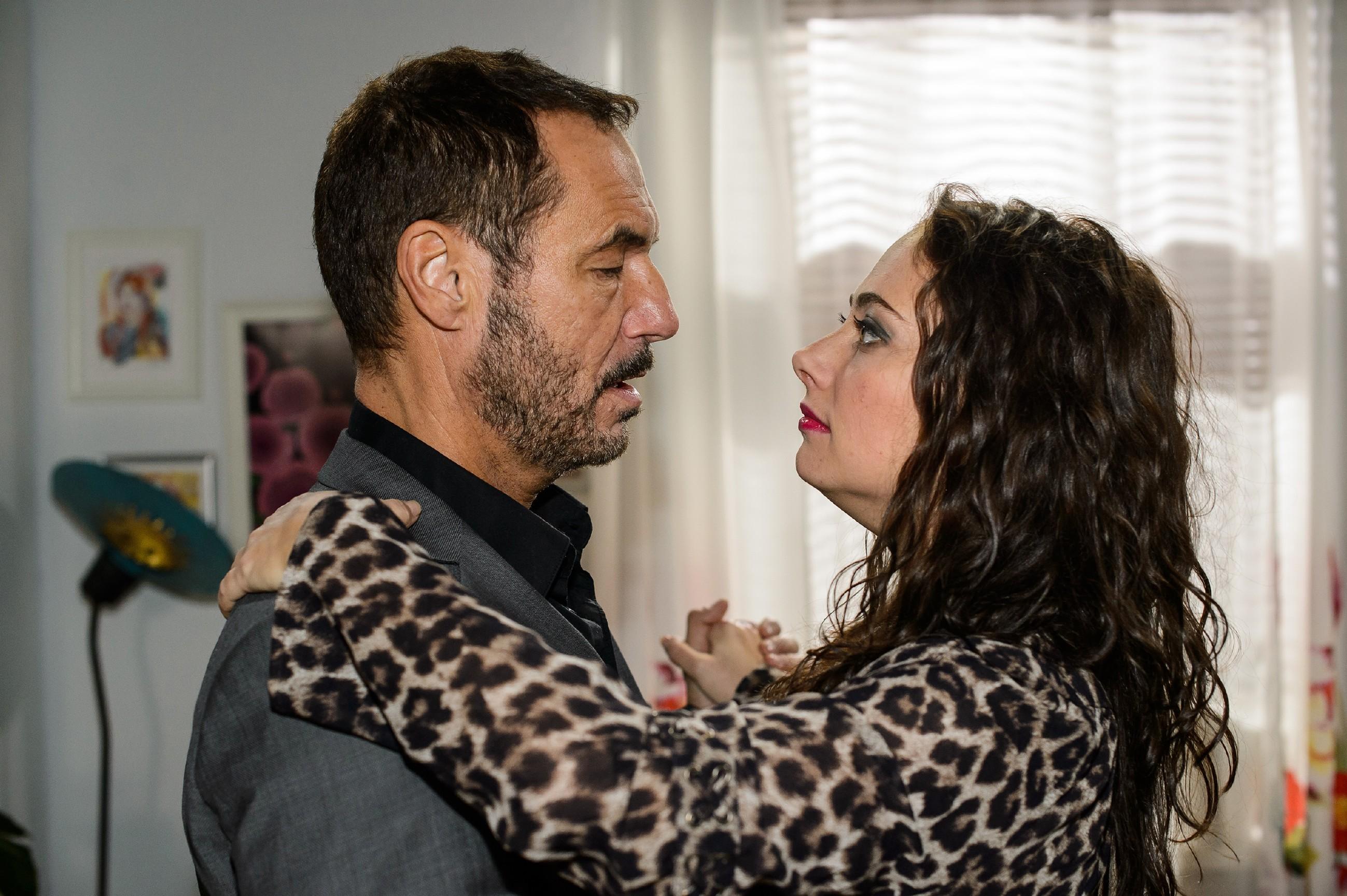 Richard (Silvan-Pierre Leirich) versucht, seinen Ehefrust bei Carmen (Heike Warmuth) zu verdrängen. (Quelle: RTL / Willi Weber)