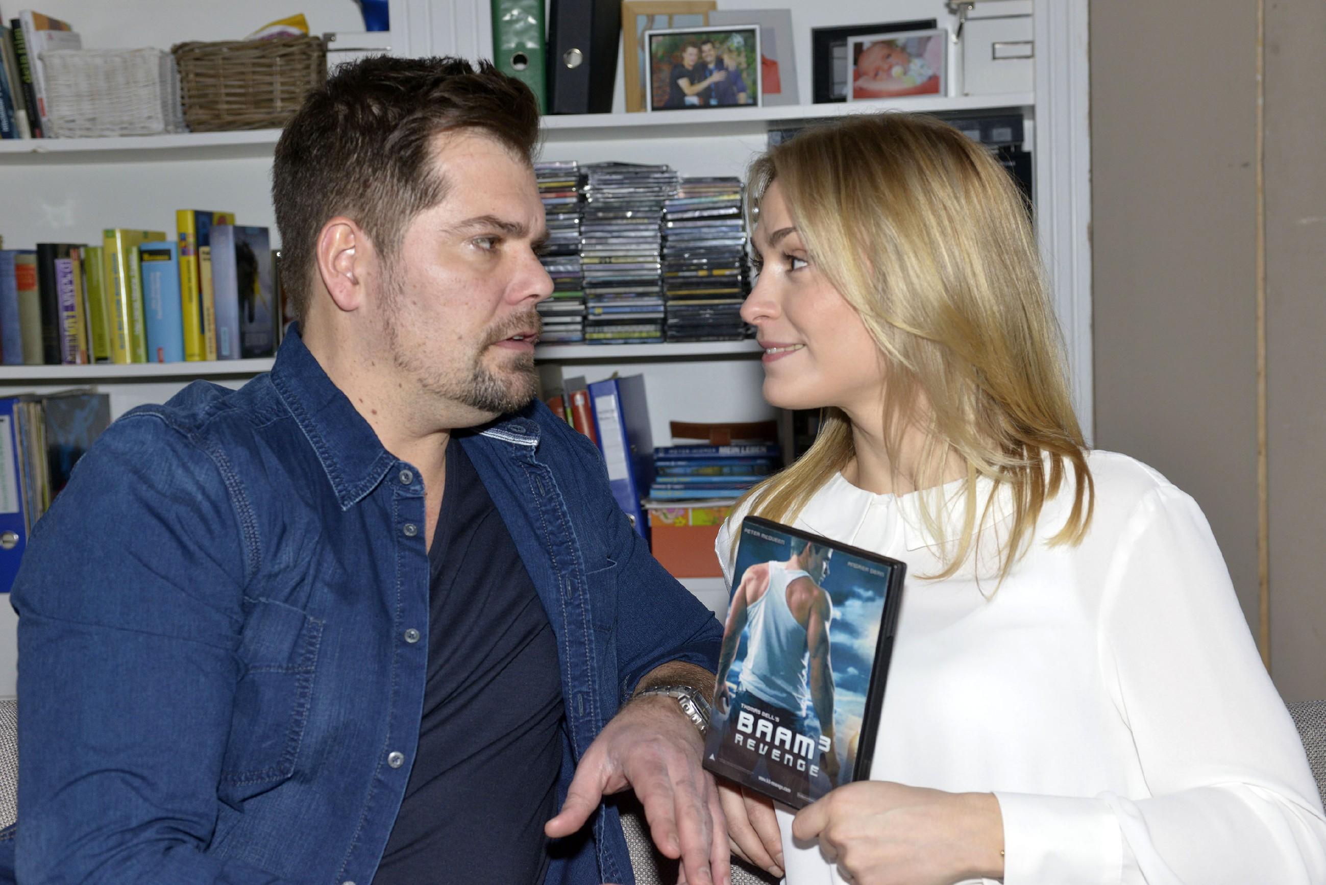 Leon (Daniel Fehlow) und Sophie (Lea Marlen Woitack) freuen sich auf einen ungestörten Nachmittag. (Quelle: RTL / Rolf Baumgartner)